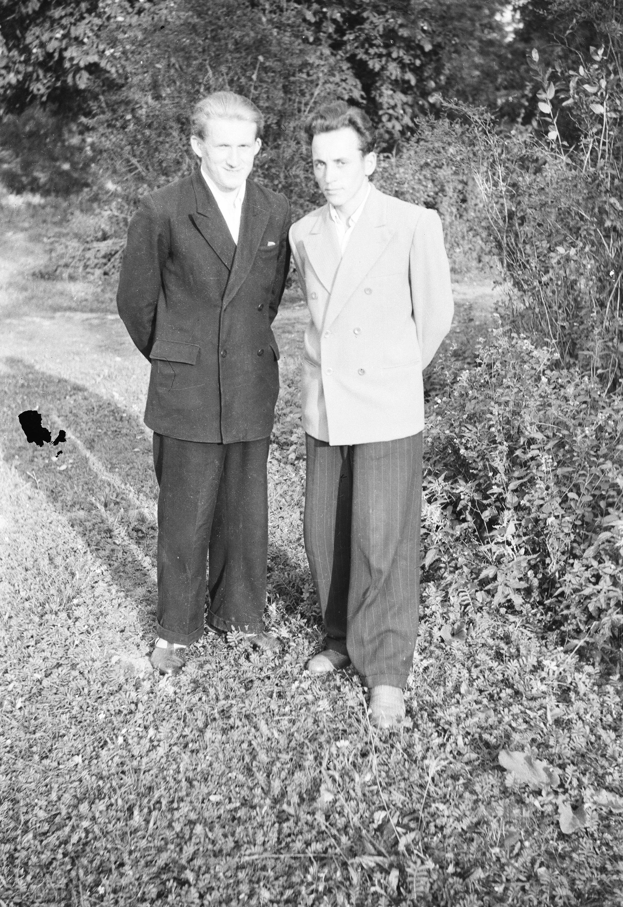 Od lewej: Józef Bieńko i Edek Pytel, Brzózka, Dolny Śląsk, lata 50. XX w.
