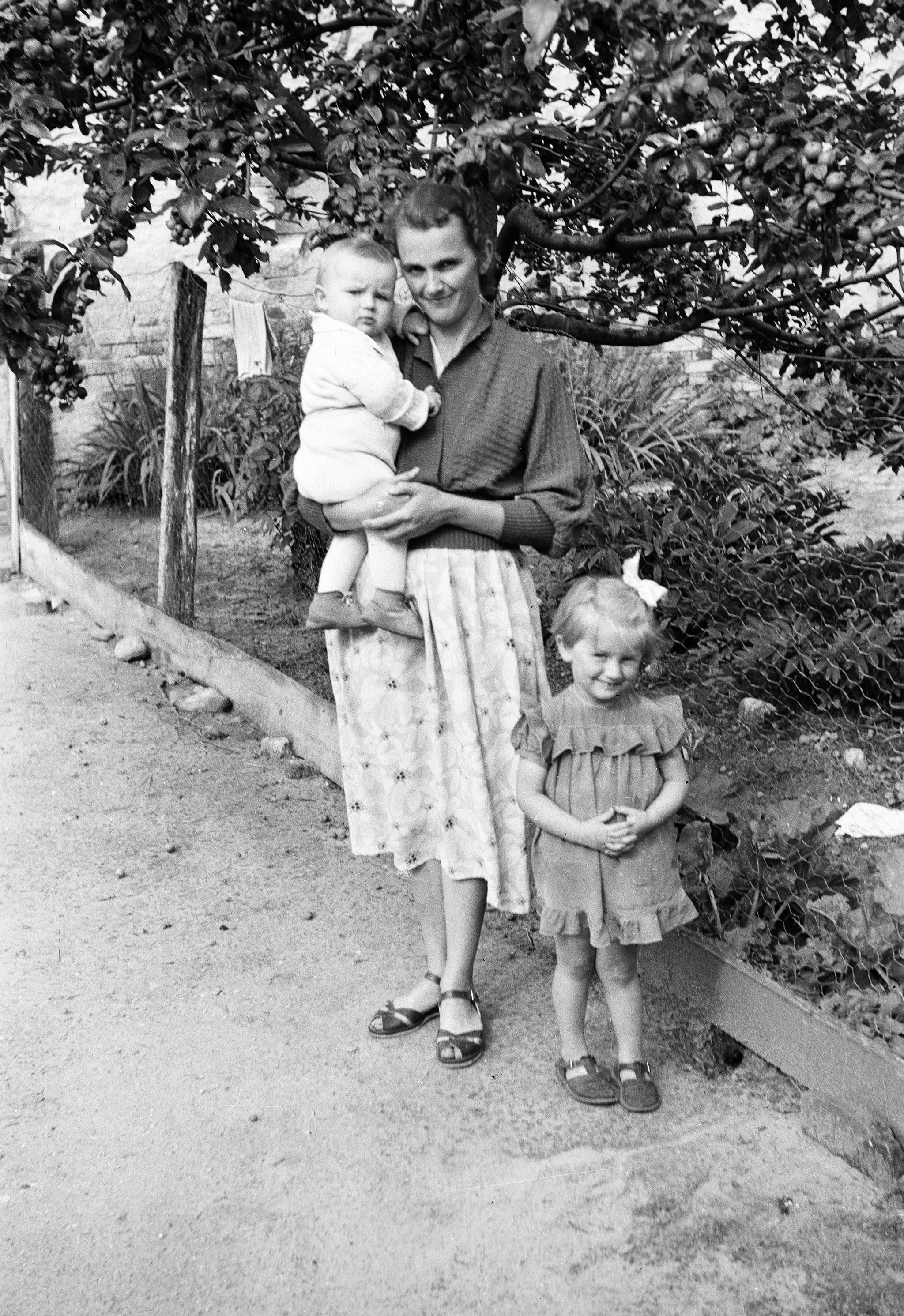 Maria Czyżowicz z dziećmi, Głębowice, Dolny Śląsk, lata 50. XX w.