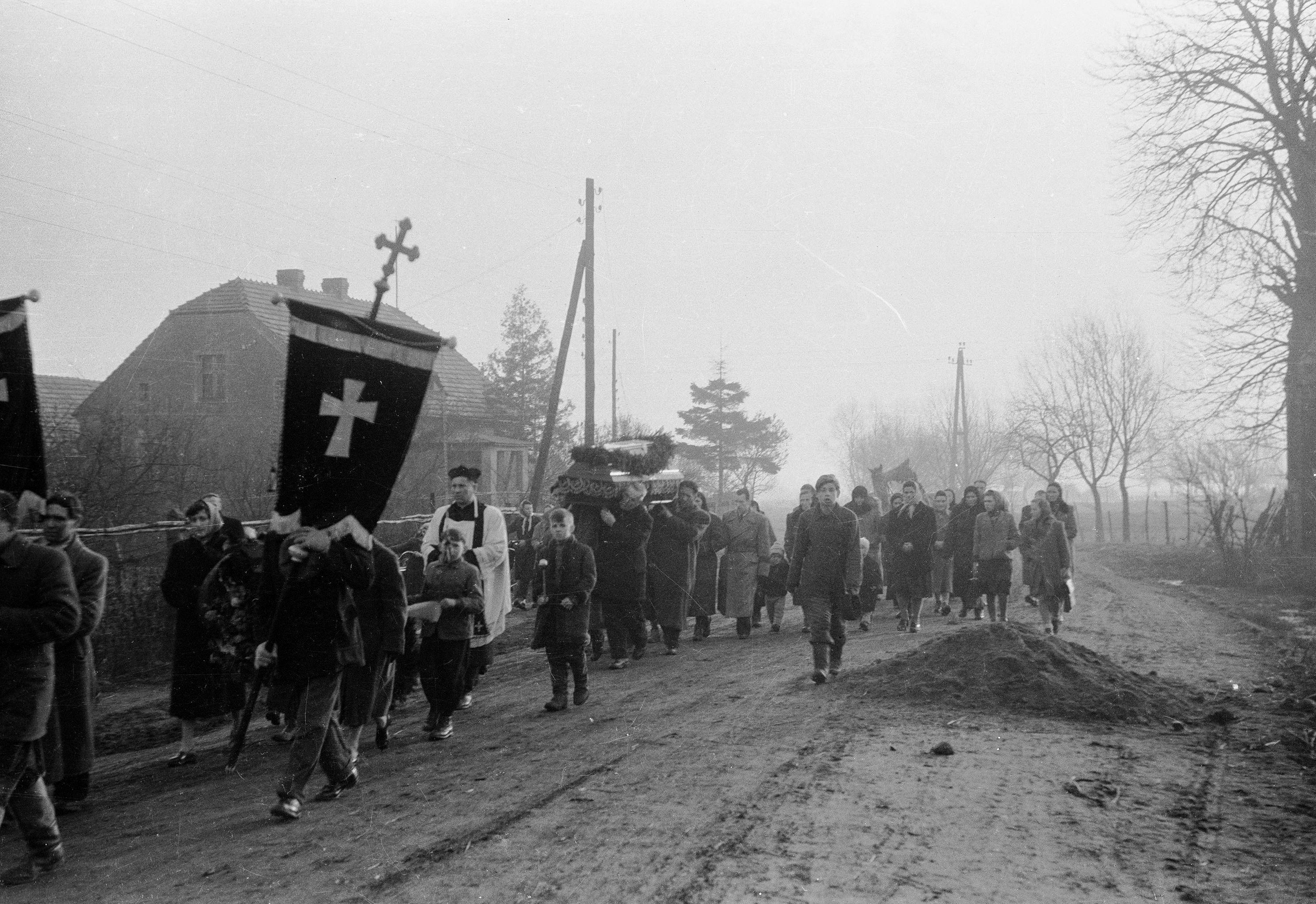 Kondukt pogrzebowy, parafia Smogorzów, Dolny Śląsk, koniec lat 50, XX w.