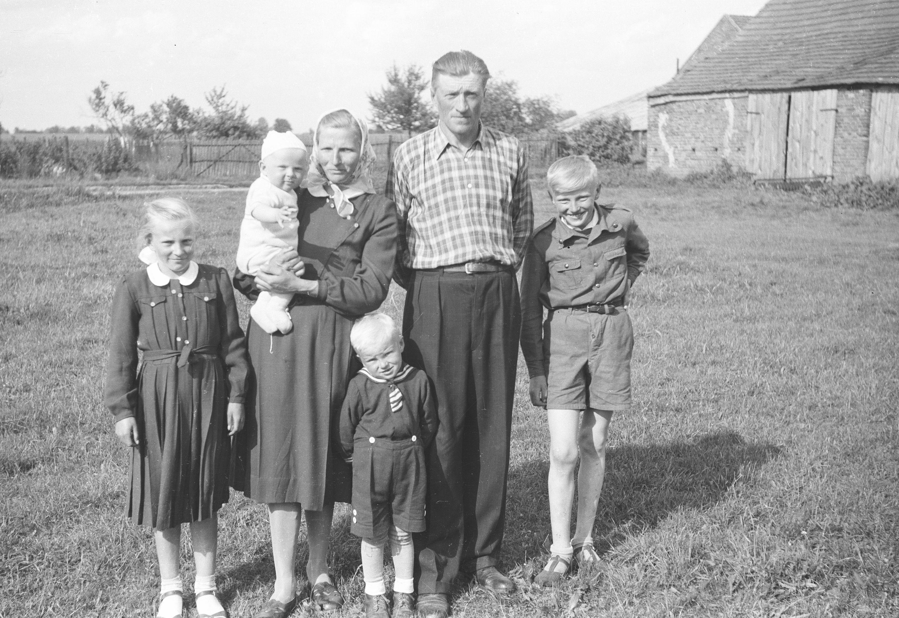 Franciszek i Helena Czyżowicz z dziećmi: Janina, Janek, Staszek i Mietek, Brzózka, Dolny Śląsk, lata 50. XX w.
