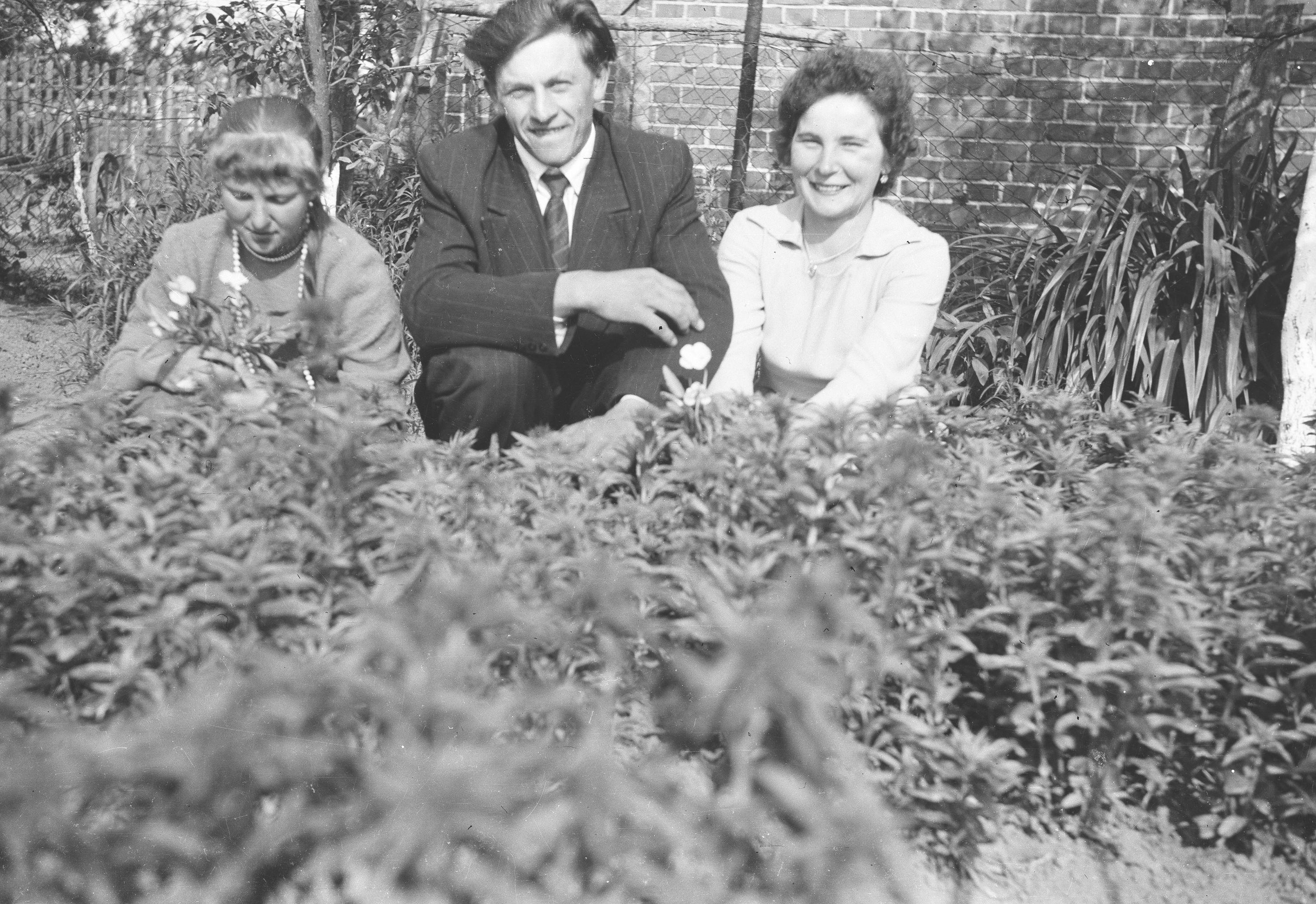 Od lewej: Maria Biodrowska, Augustyn Czyżowicz oraz bratowa Marii, Brzózka, Dolny Śląsk, lata 50. XX w.