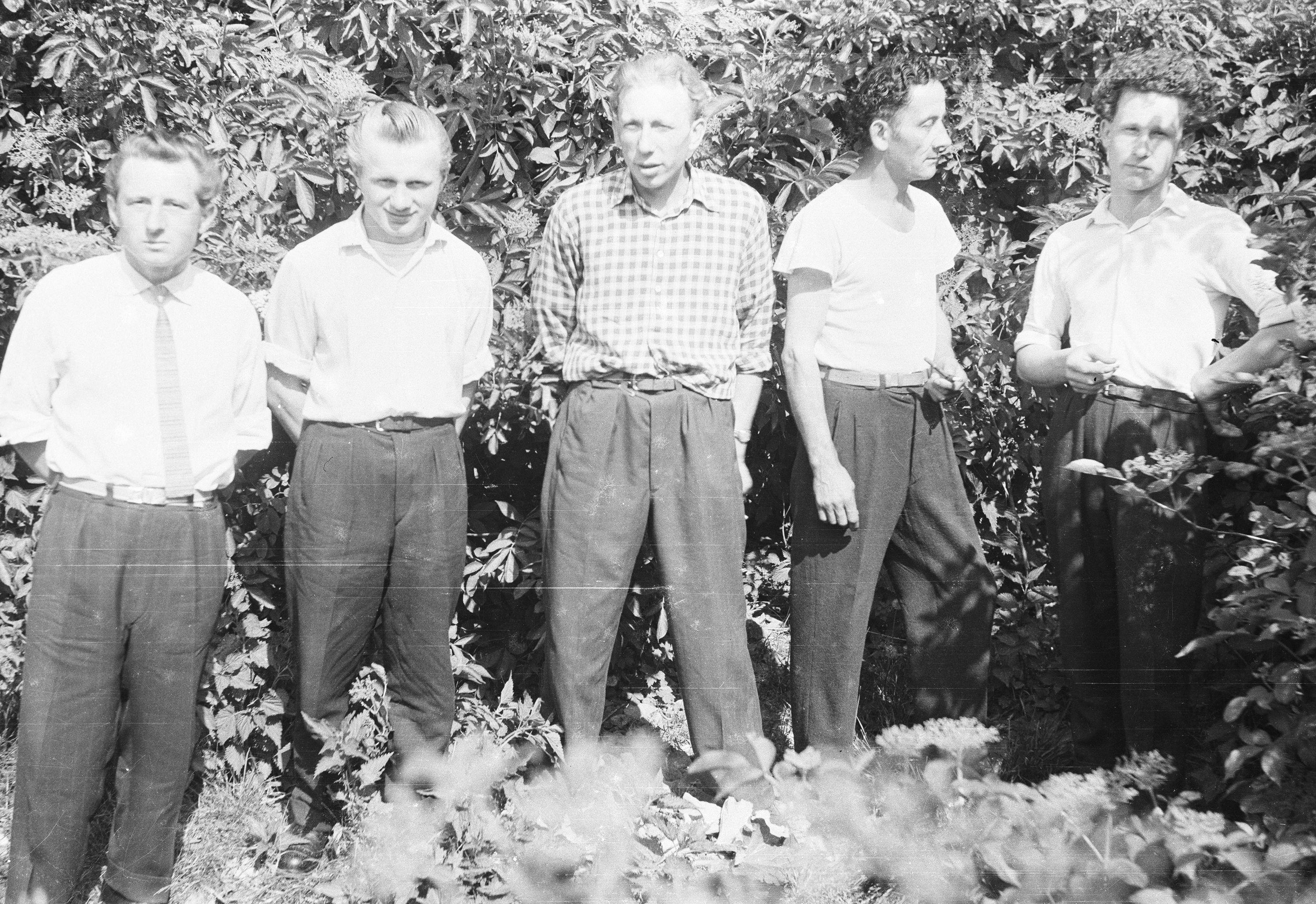 Drugi od lewej: Władysław Jaroń, trzeci: Józef Jaroń, piąty: Bronisław Gruszkowski, Rudawa, Dolny Śląsk, lata 50. XX w.