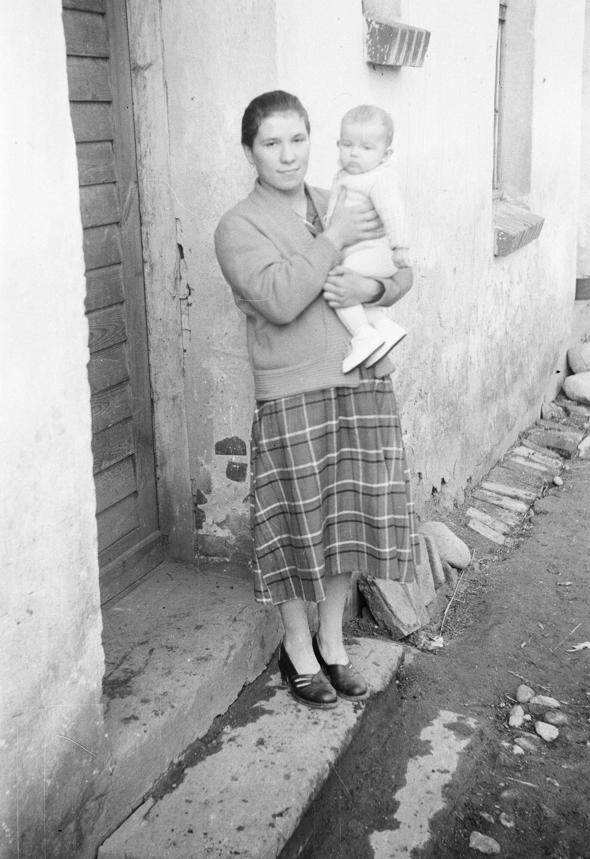 Maria Miklas z dzieckiem, Brzózka, Dolny Śląsk, lata 50. XX w.