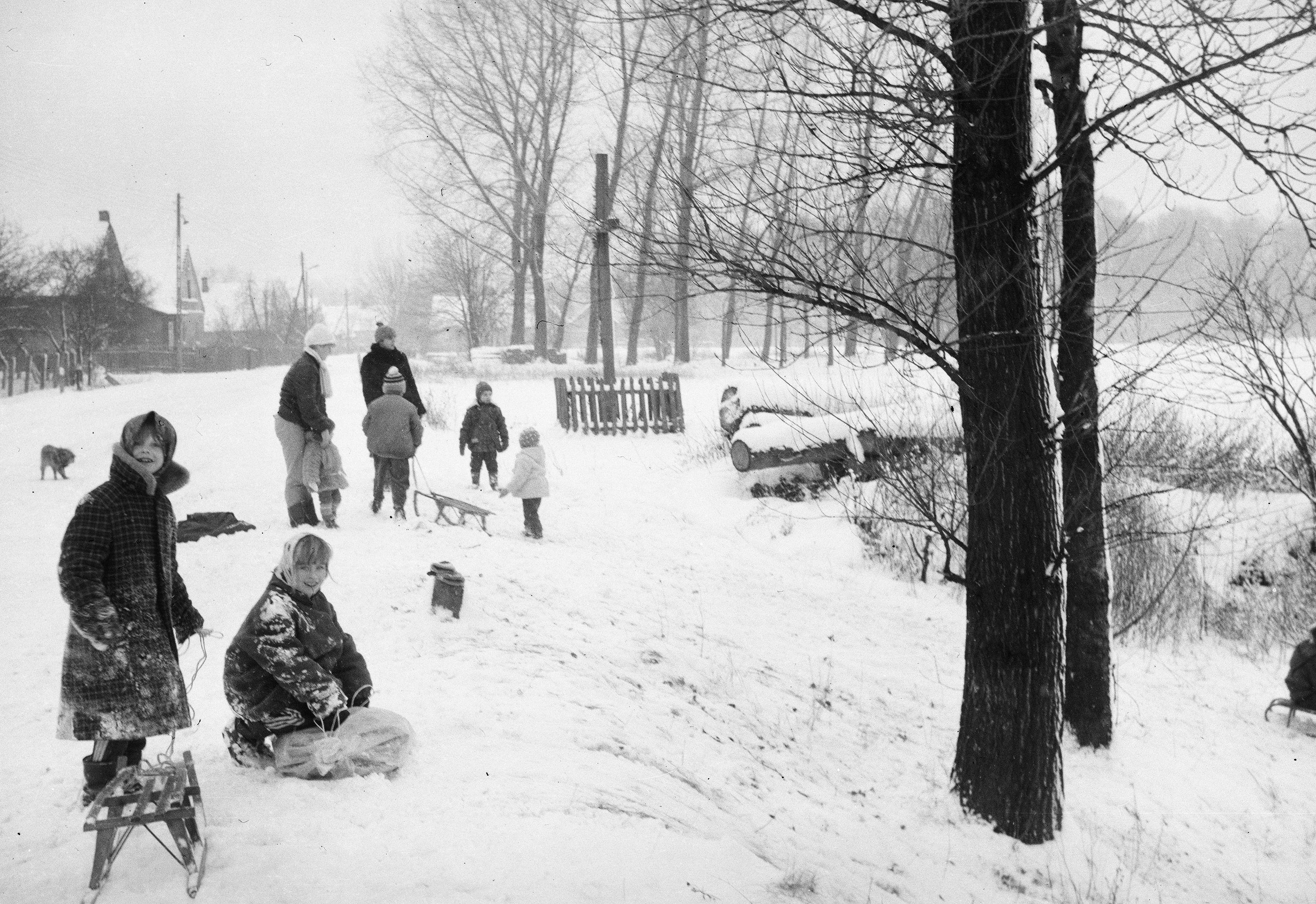 Sporty zimowe, na pierwszym planie Marianna i Ania Żukowskie, Brzózka, Dolny Śląsk, lata 90. XX w.