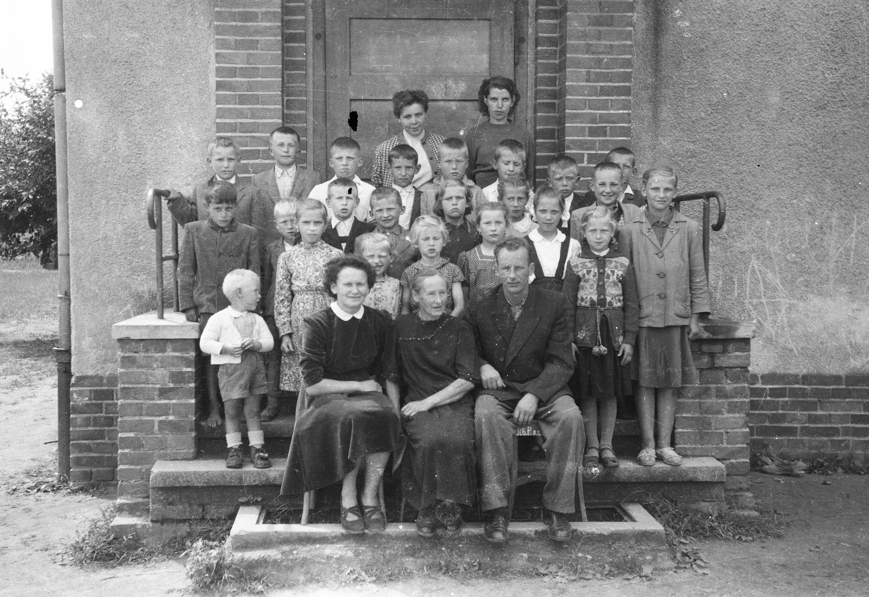 Zdjęcie grupowe uczniów szkoły w Rudawie, Dolny Śląsk, lata 50. XX w.