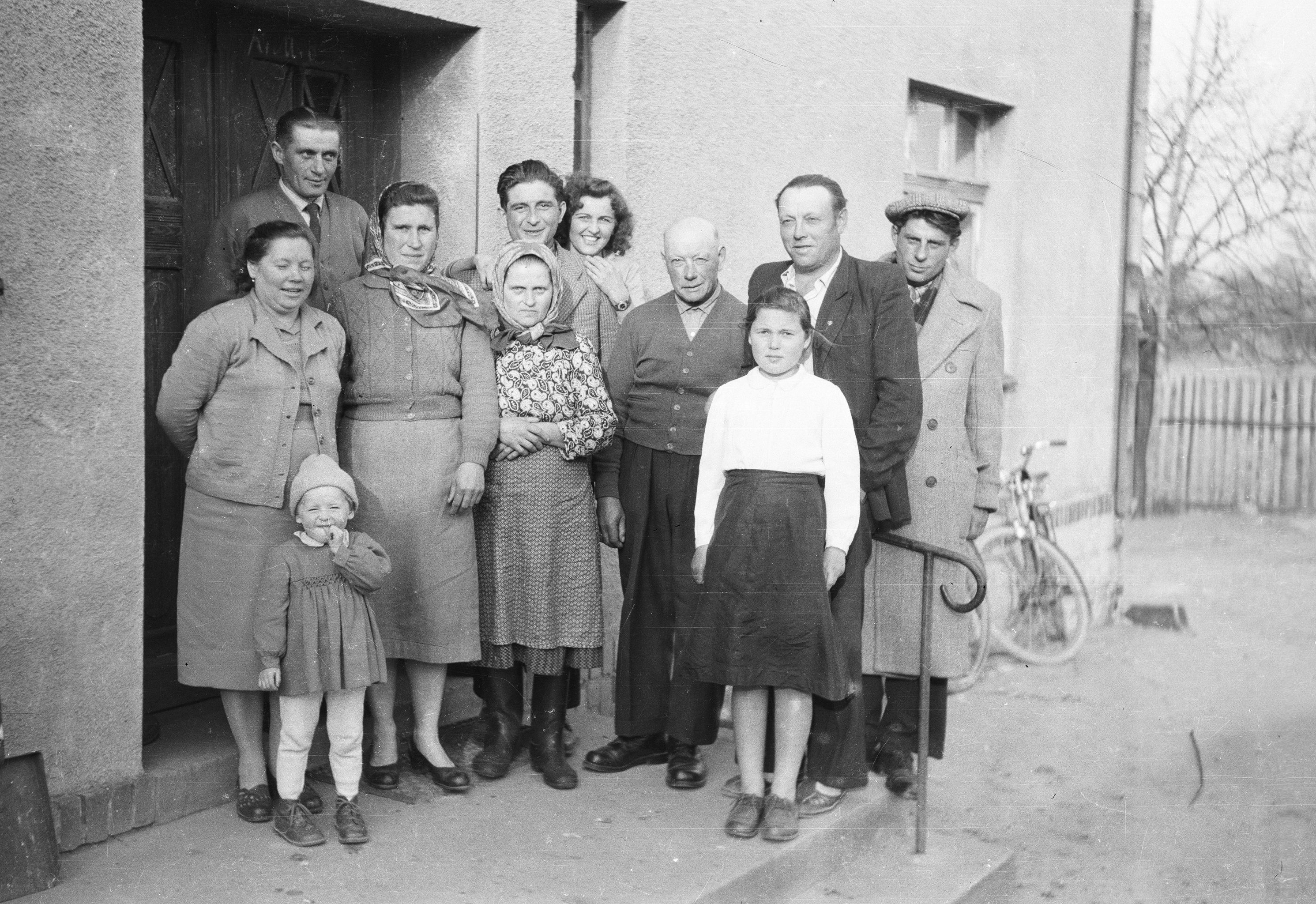 Spotkanie rodziny Kubajów z gośćmi z Syberii i Francji, Brzózka, Dolny Śląsk, lata 50. XX w.