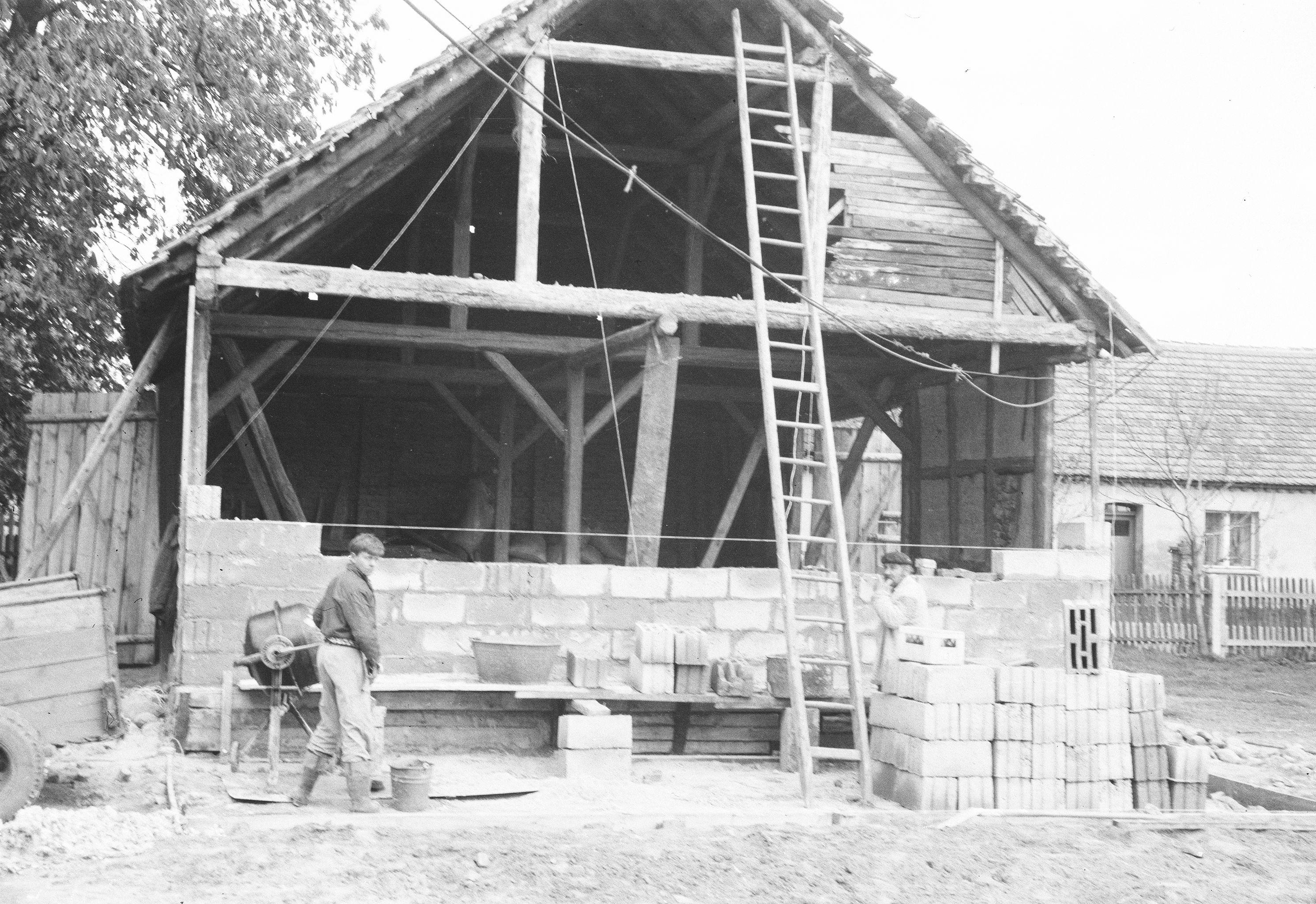 Remont stodoły, Brzózka, Dolny Śląsk, lata 80. XX w.