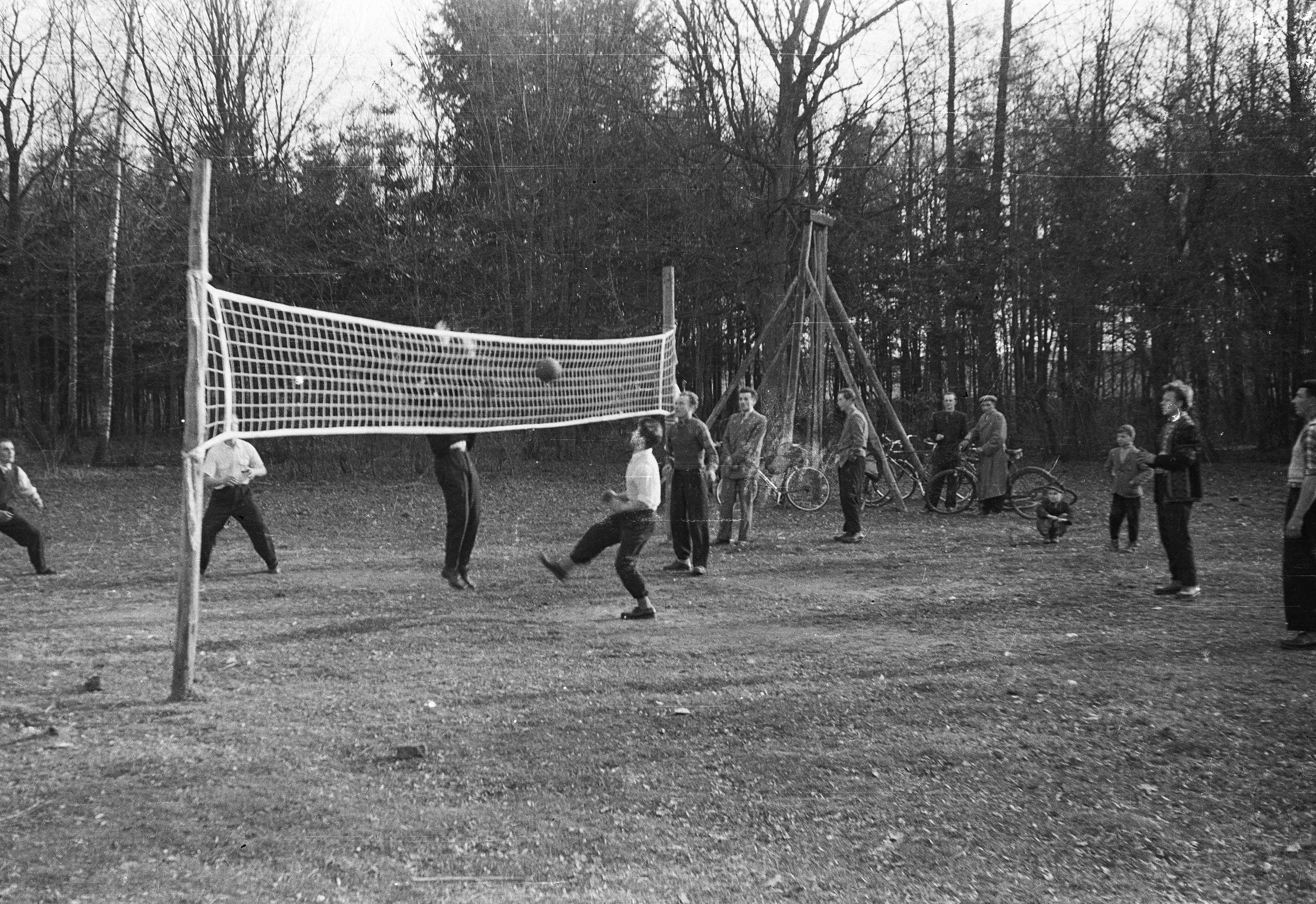 Gra w siatkówkę na placu wypoczynkowym pod parkiem, Brzózka, Dolny Śląsk, lata 50. XX w.