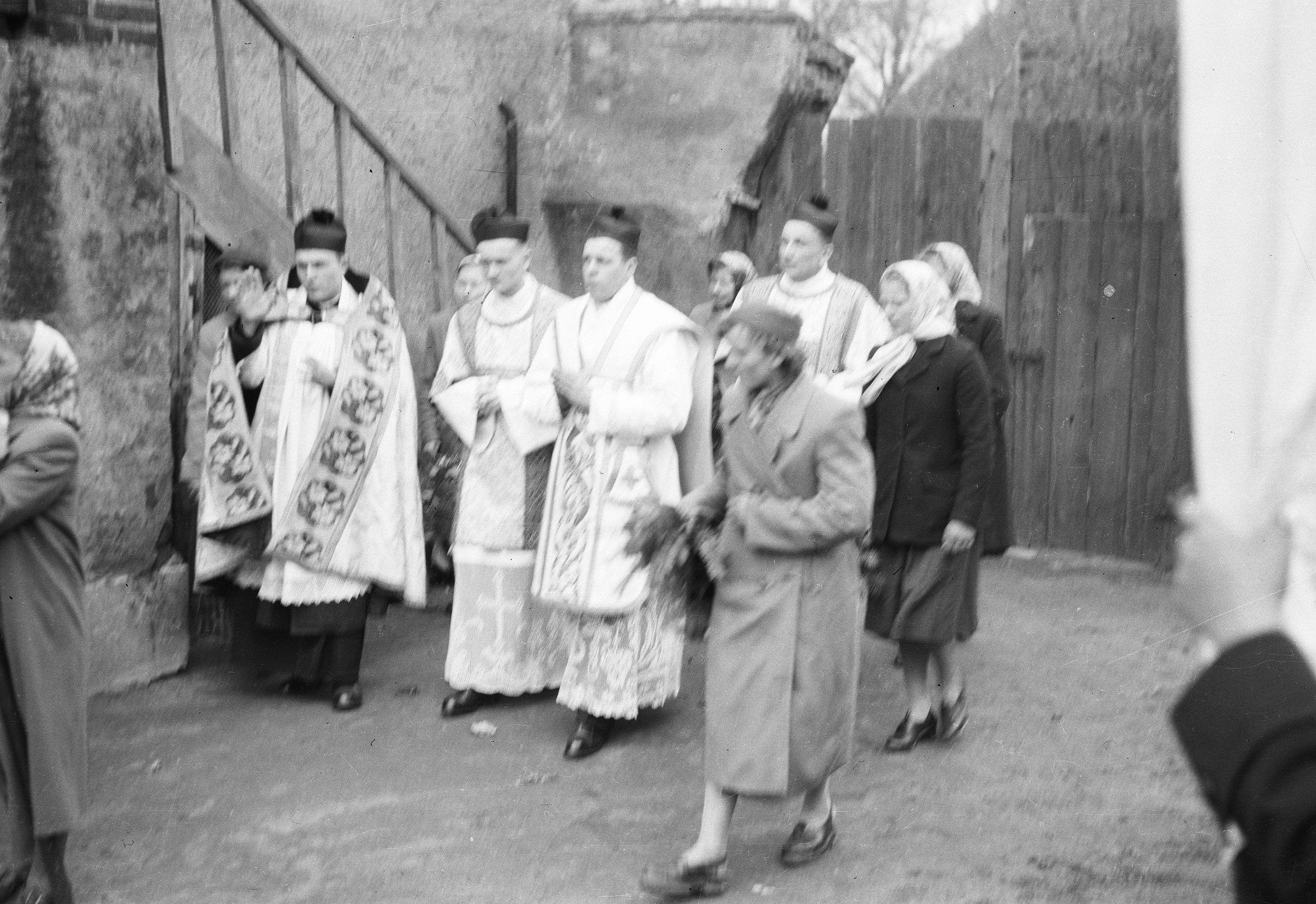 Prymicja księdza Mieczysława Matczaka - pod plebanią, Głębowice, Dolny Śląsk, lata 50. XX w.