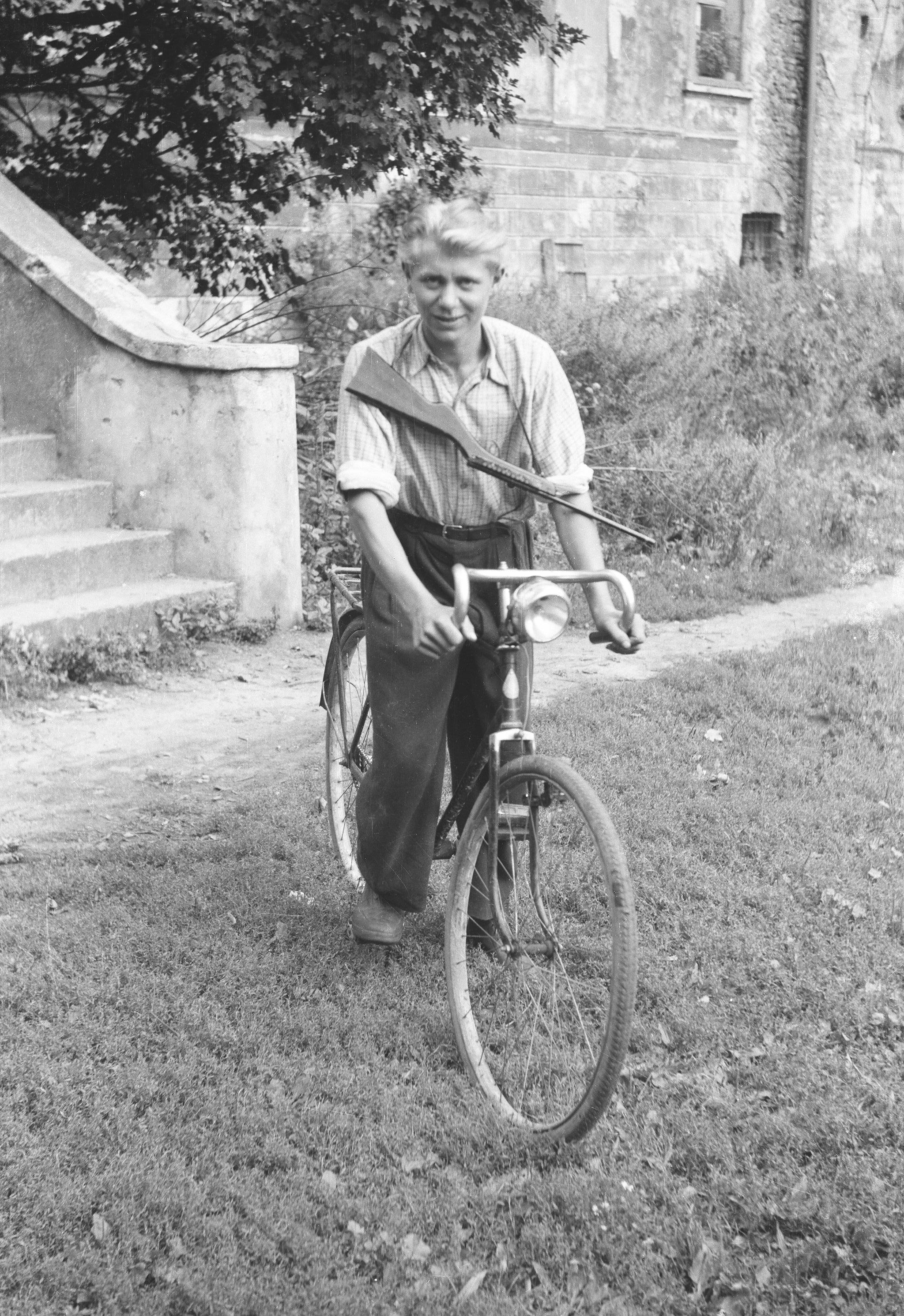 Zygmunt na rowerze, Brzózka, Dolny Śląsk, lata 50. XX w.