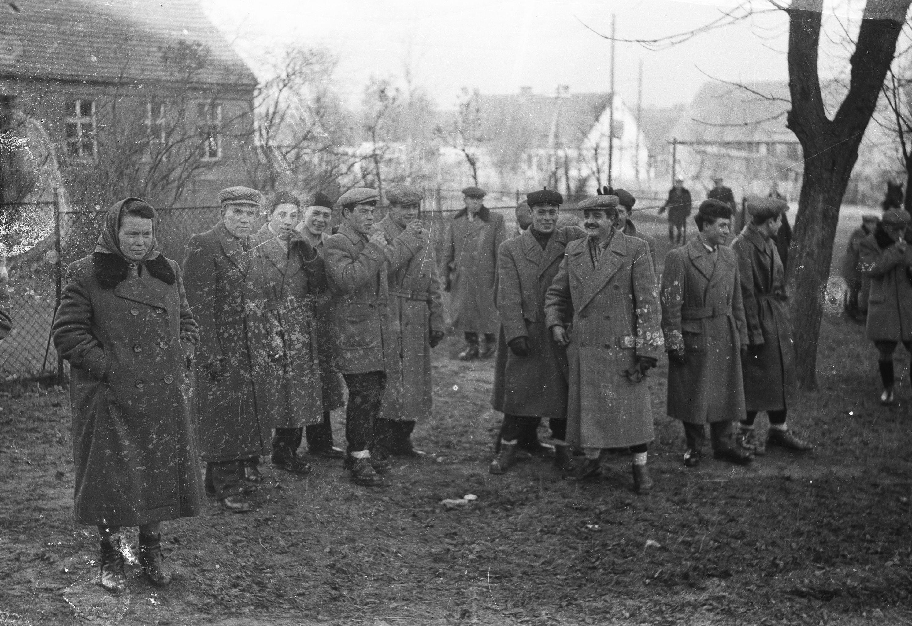 Mieszkańcy Brzózki, Biaław, Czaplic i Turzan zgromadzeni przy kościele, Głębowice, Dolny Śląsk, lata 50. XX w.