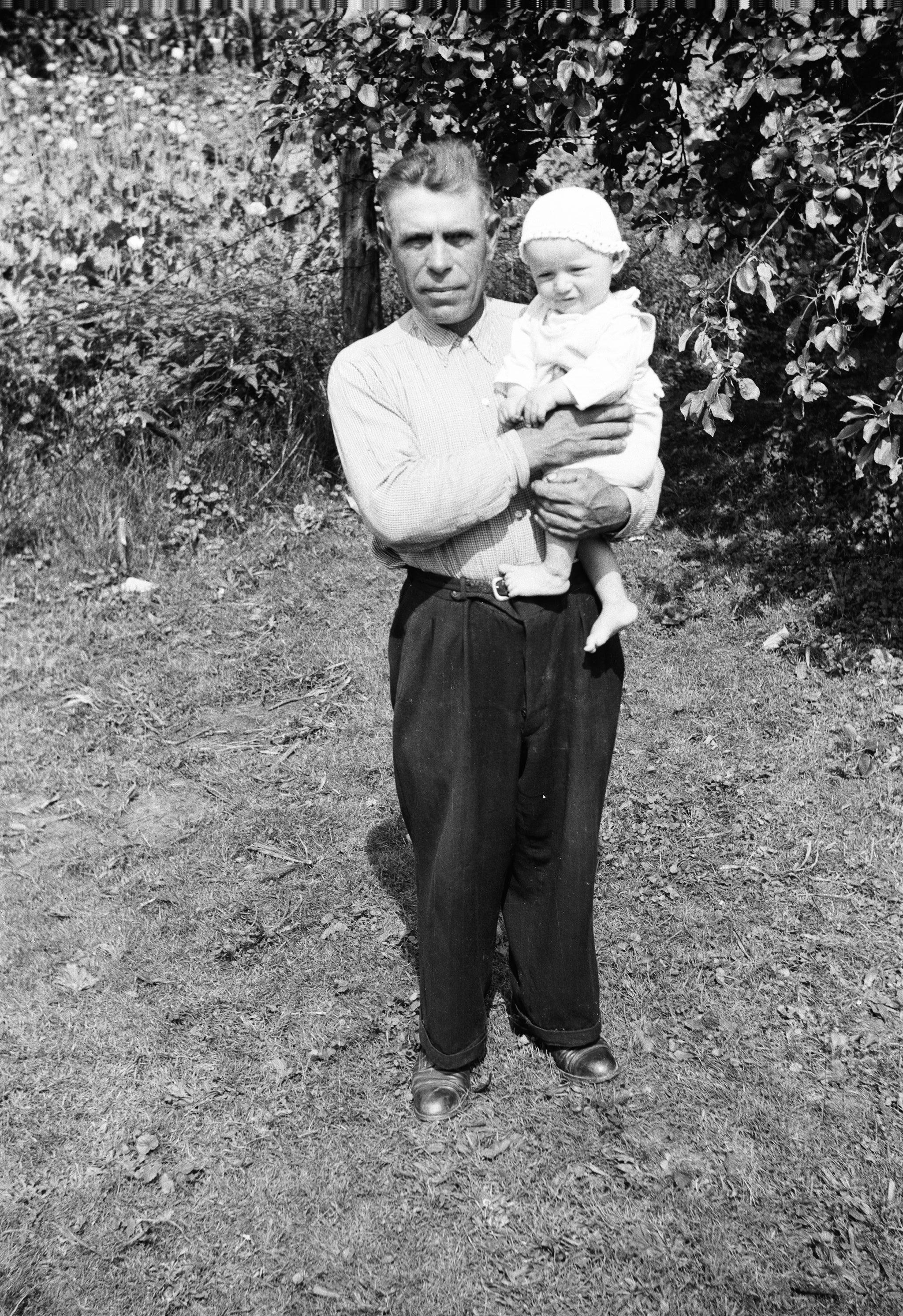 Pan Pytel z dzieckiem, Turzany, lata 50. XX w.