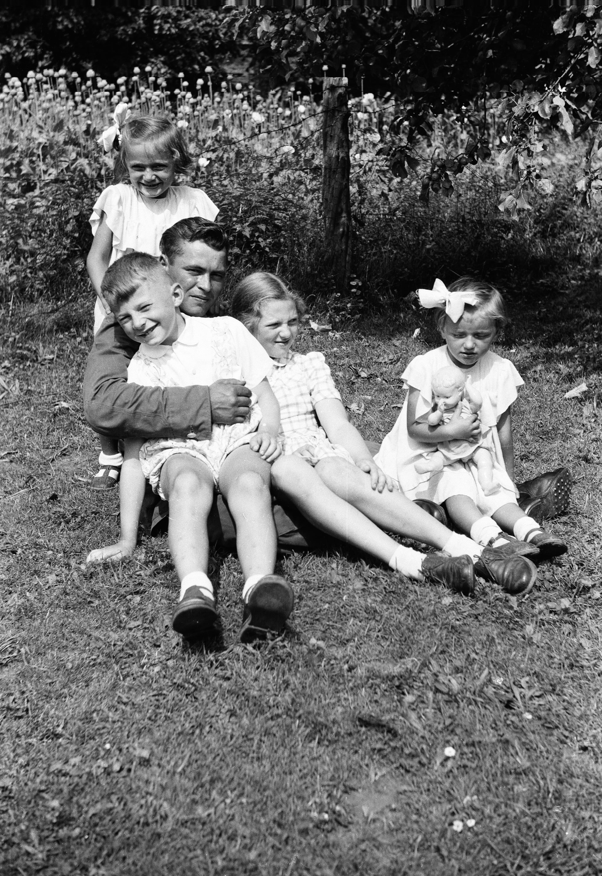 Franciszek Pytel z dziećmi, Turzany, Dolny Śląsk, lata 50. XX w.