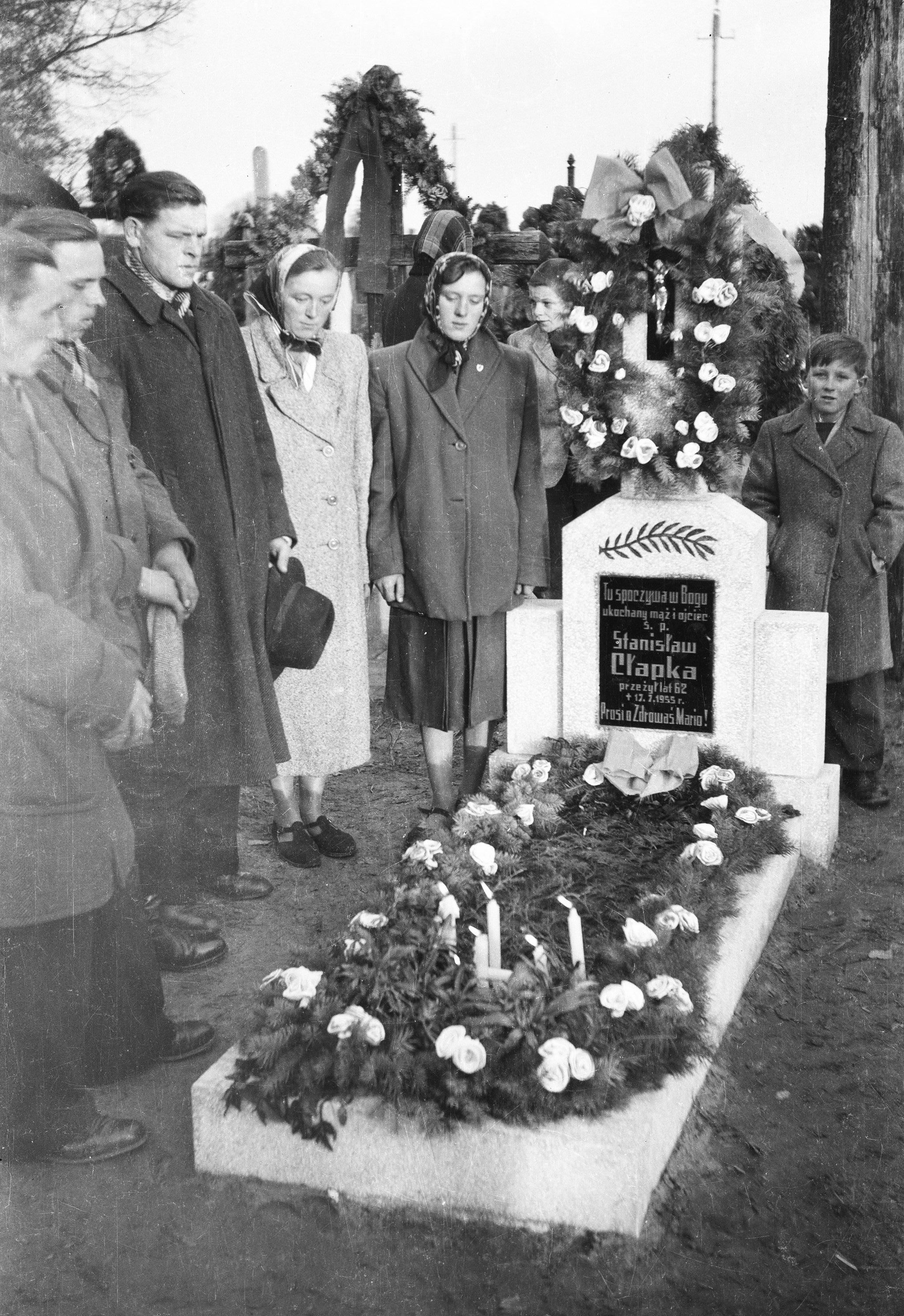 Rodzina Matczaków przy grobie Stanisława Cłapka, Głębowice, Dolny Śląsk, lata 50. XX w.