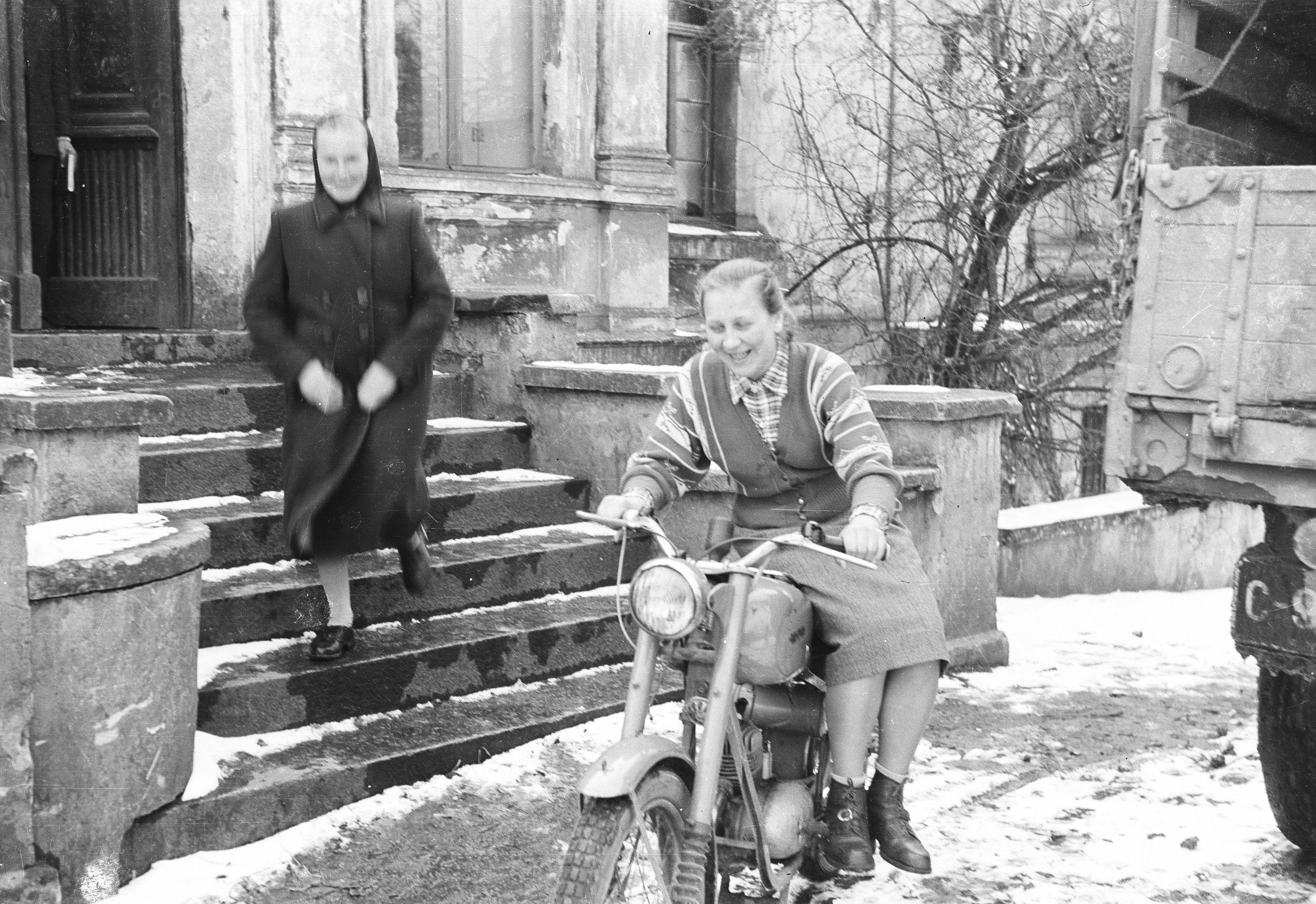 Irena Jaroń na motorze pod pałacem, Brzózka, Dolny Śląsk, lata 50. XX w.