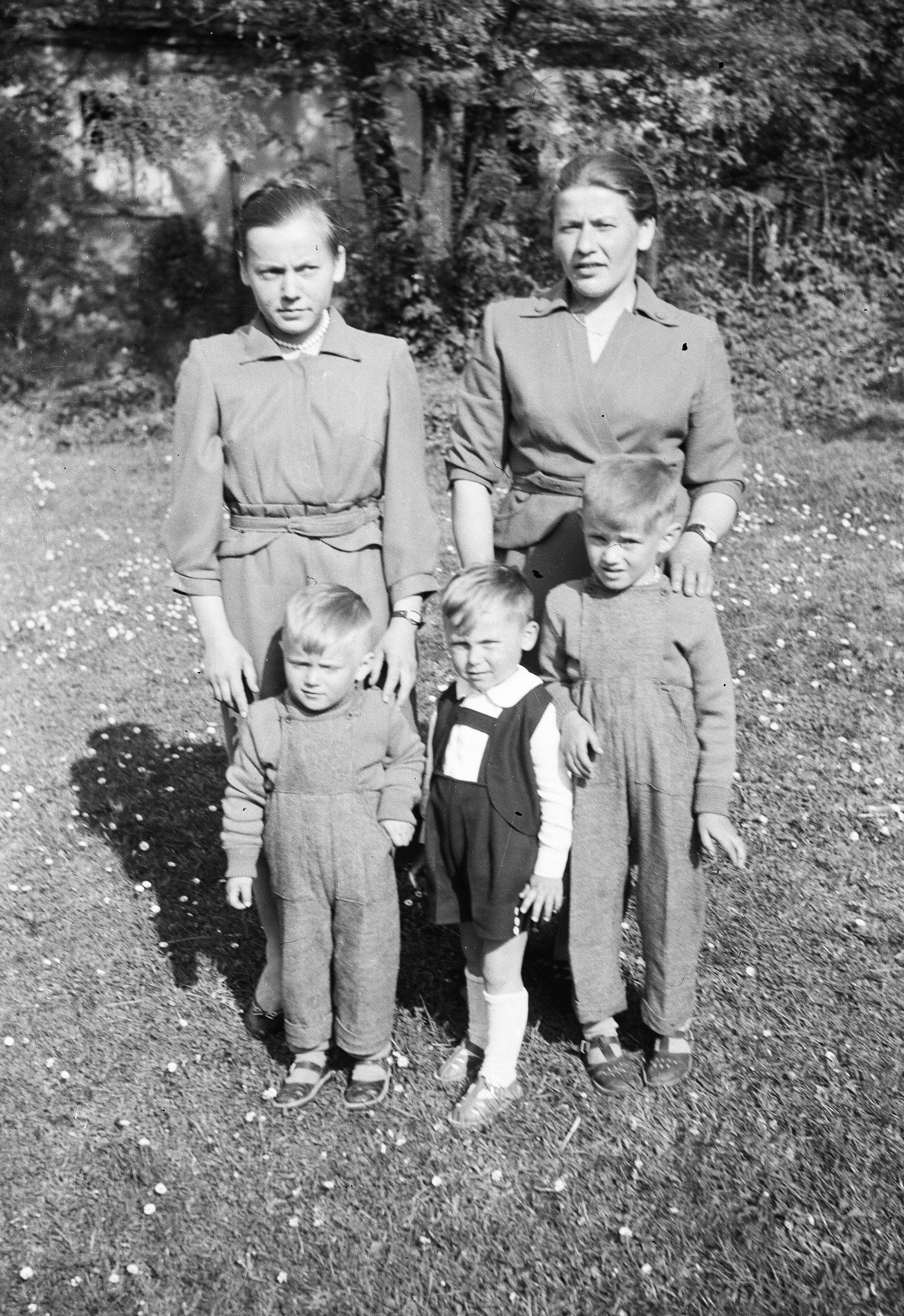 Maria Stępel z dziećmi, Trzcinica Wołowska, Dolny Śląsk, lata 50. XX w.