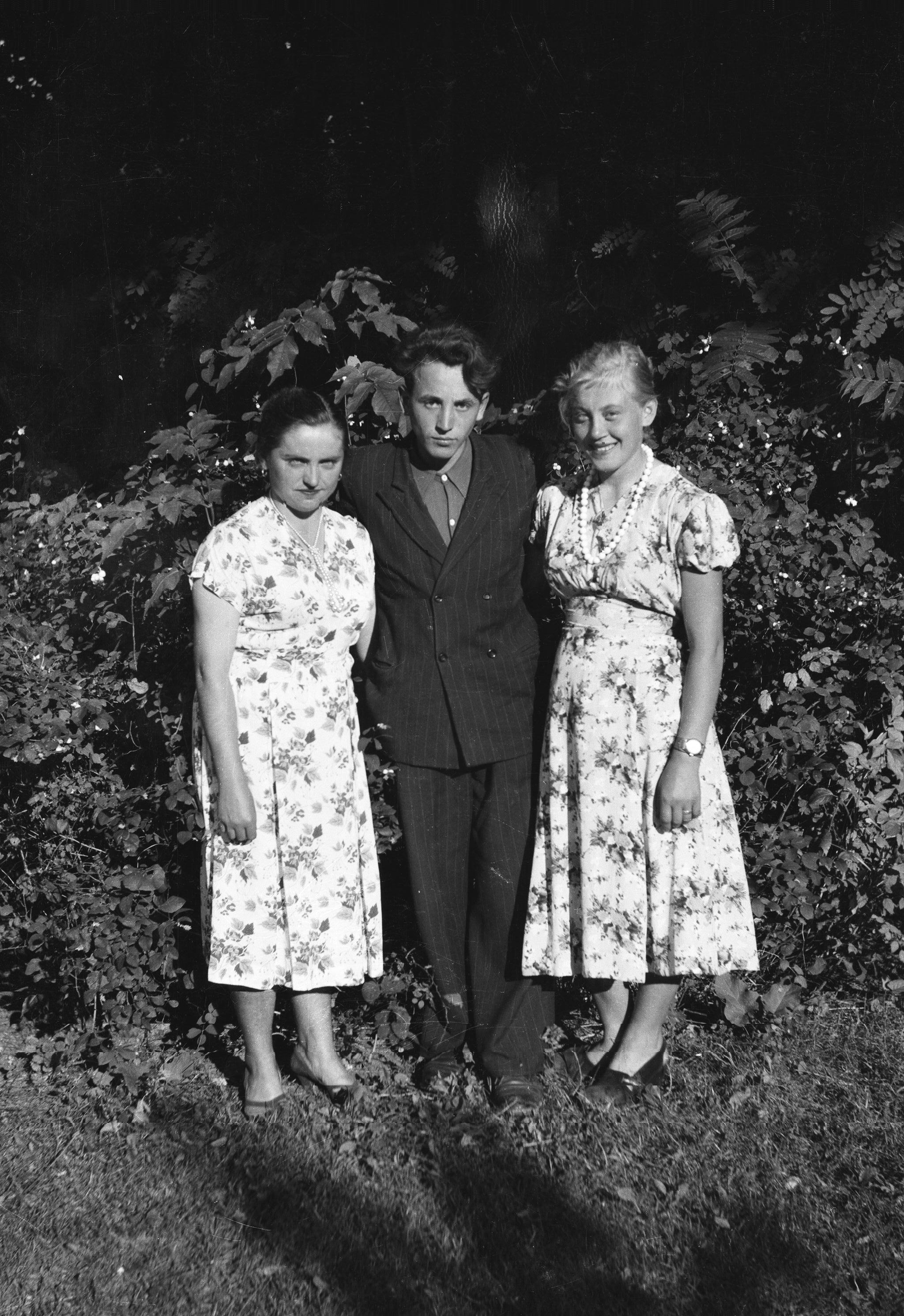 Od lewej: Janka, Edek, Luśka, Węglewo, Dolny Śląsk, lata 50. XX w.