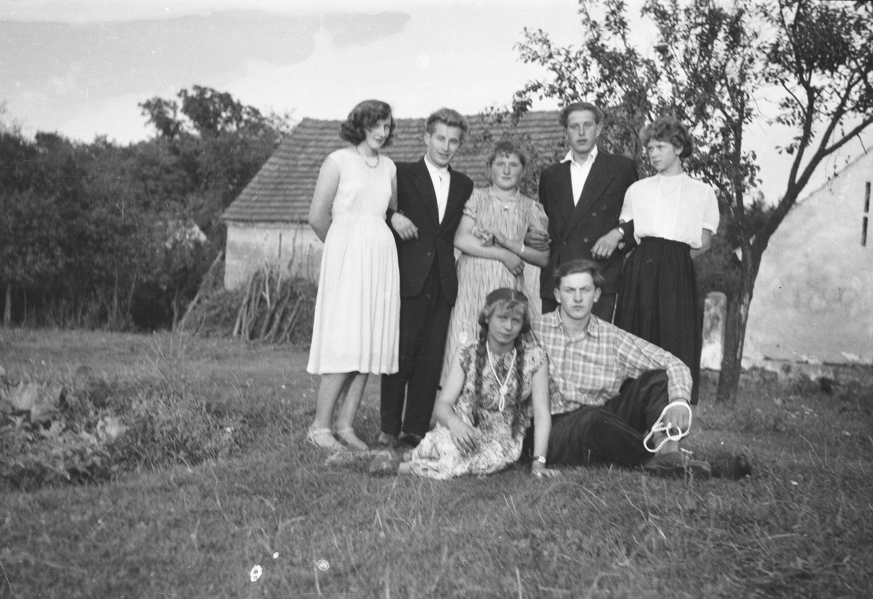 Młodzież z Brzózki, z prawej strony siedzi Augustyn Czyżowicz, Brzózka, Dolny Śląsk, lata 50. XX w.