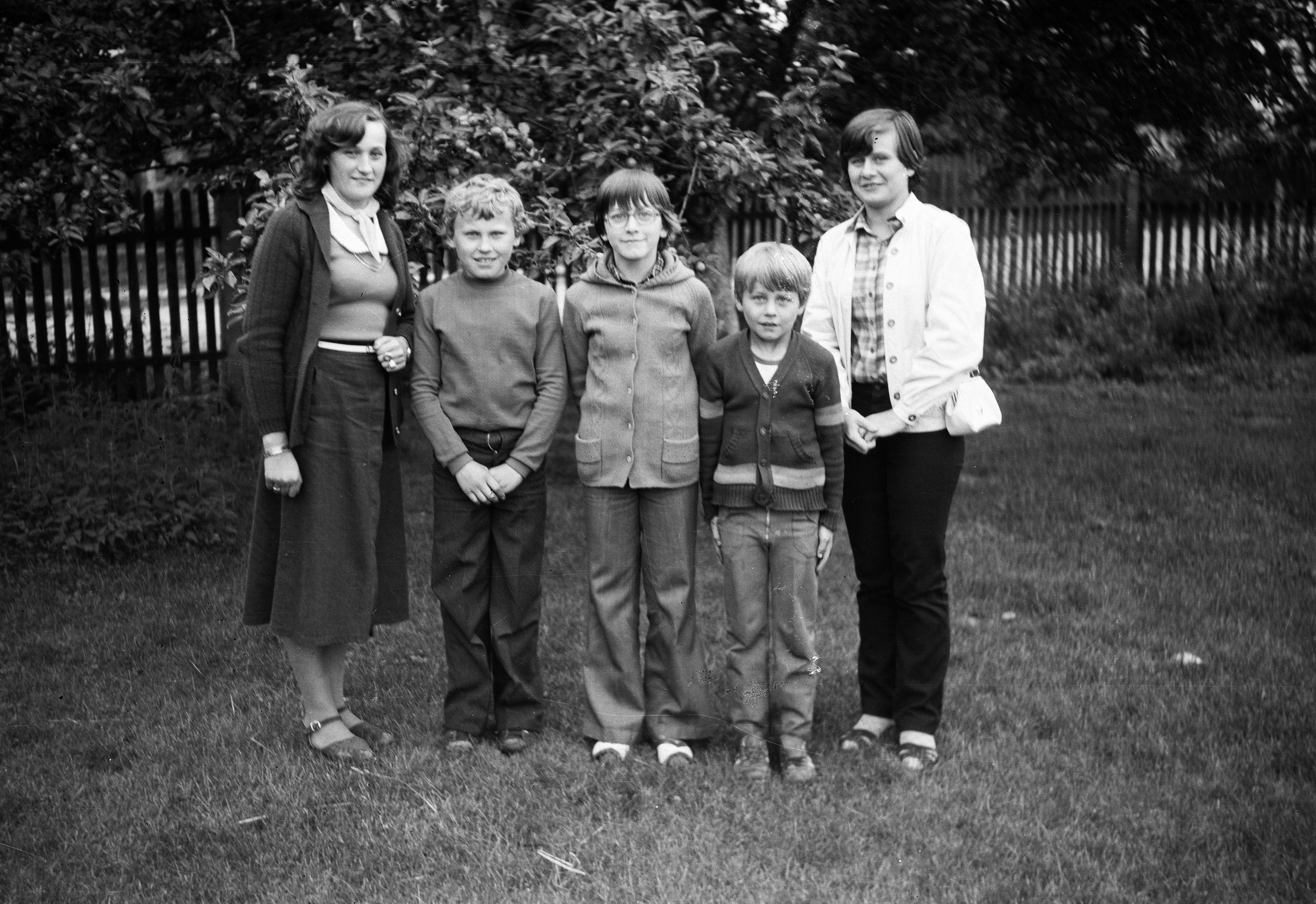 Basia i Zbyszek Kozarowicz, Ania, Karol i Hela Czyżowicz, Brzózka, Dolny Śląsk, lata 80. XX w.