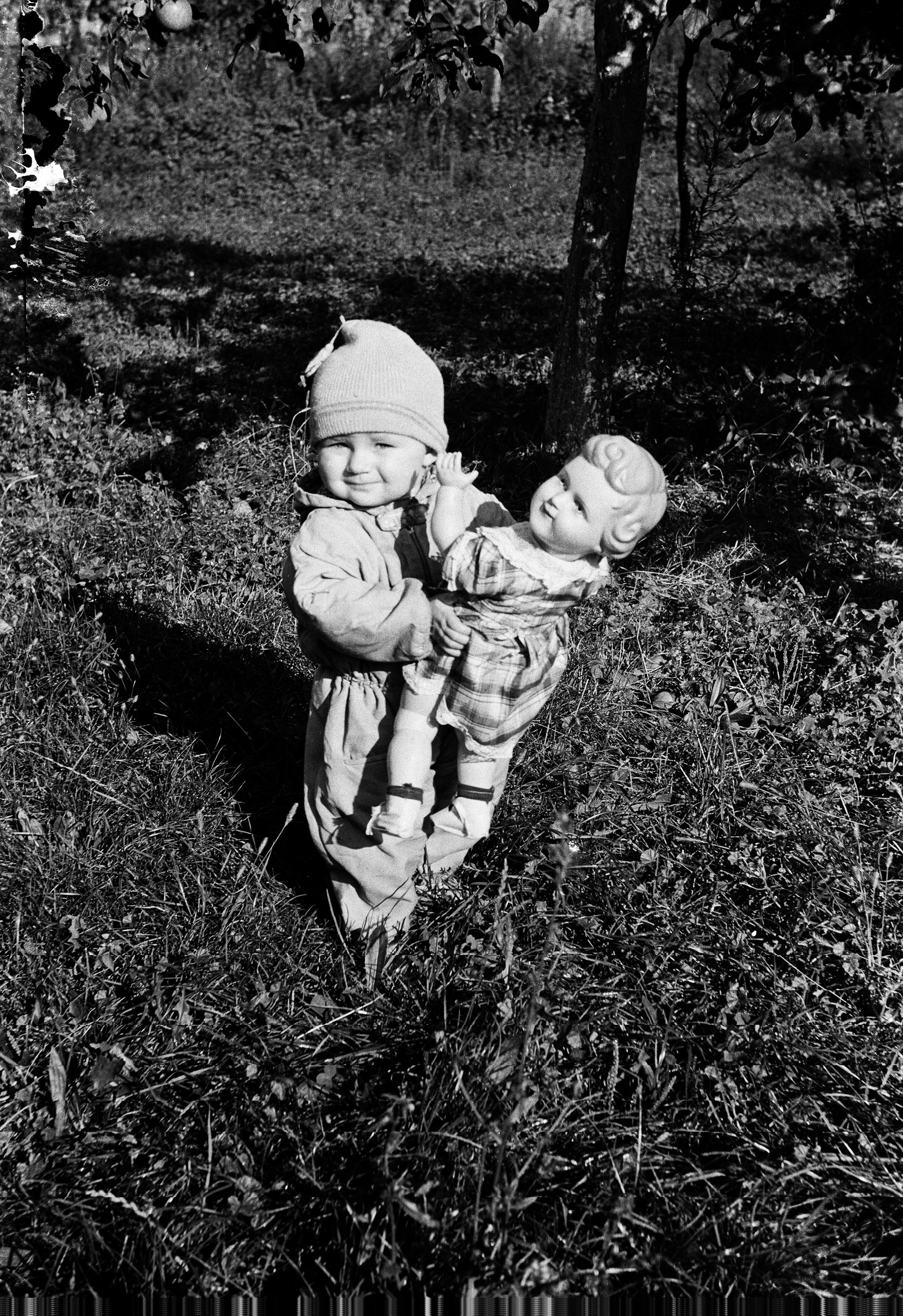 Tereska Czyżowicz z lalką, Głębowice, Dolny Śląsk, lata 50. XX w.