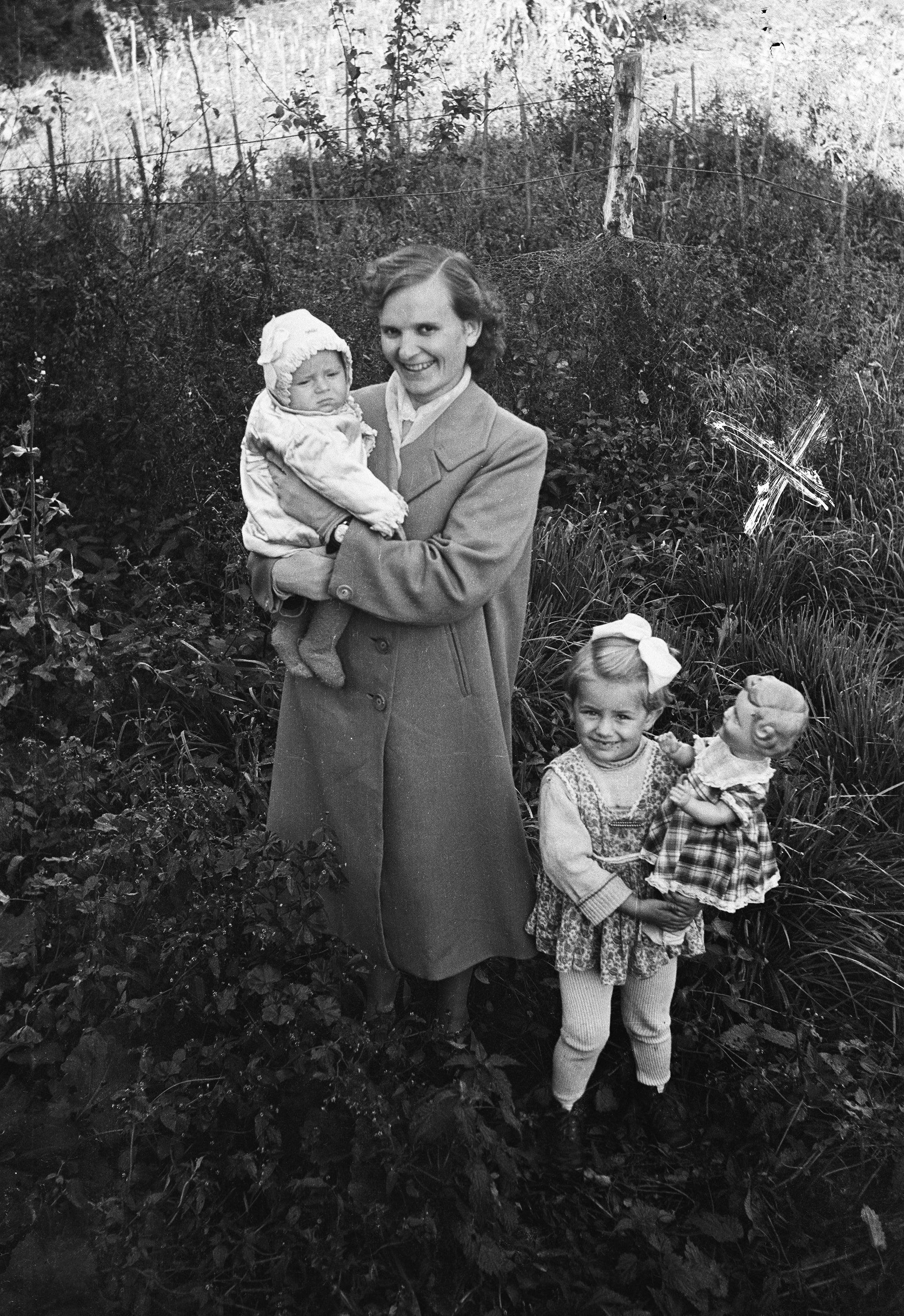 Wanda  Bajer z dziećmi siostry, Głębowice, Dolny Śląsk, lata 50. XX w.