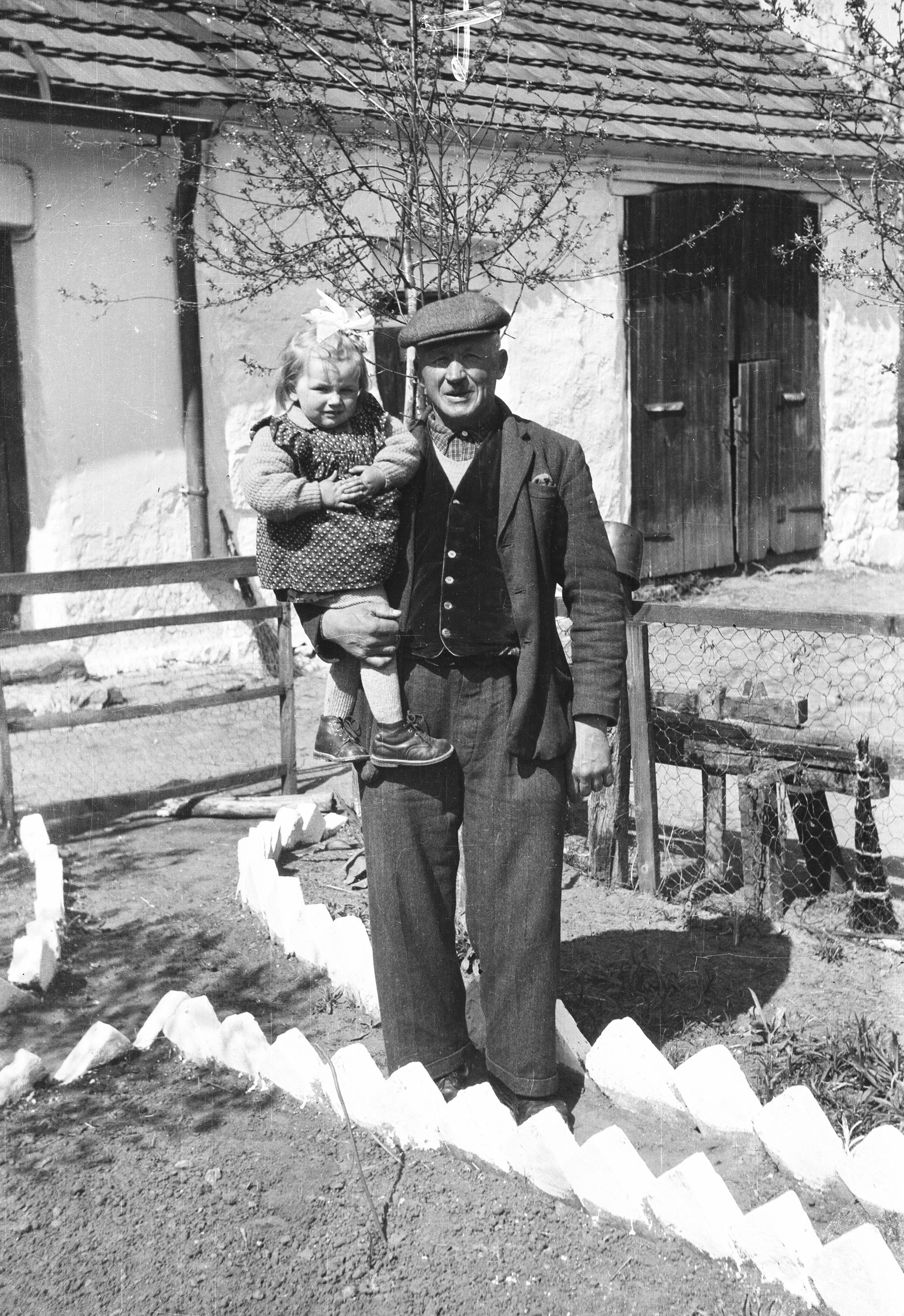 Władysław Czyżowicz z wnuczką Helą, Brzózka, Dolny Śląsk, lata 60. XX w.
