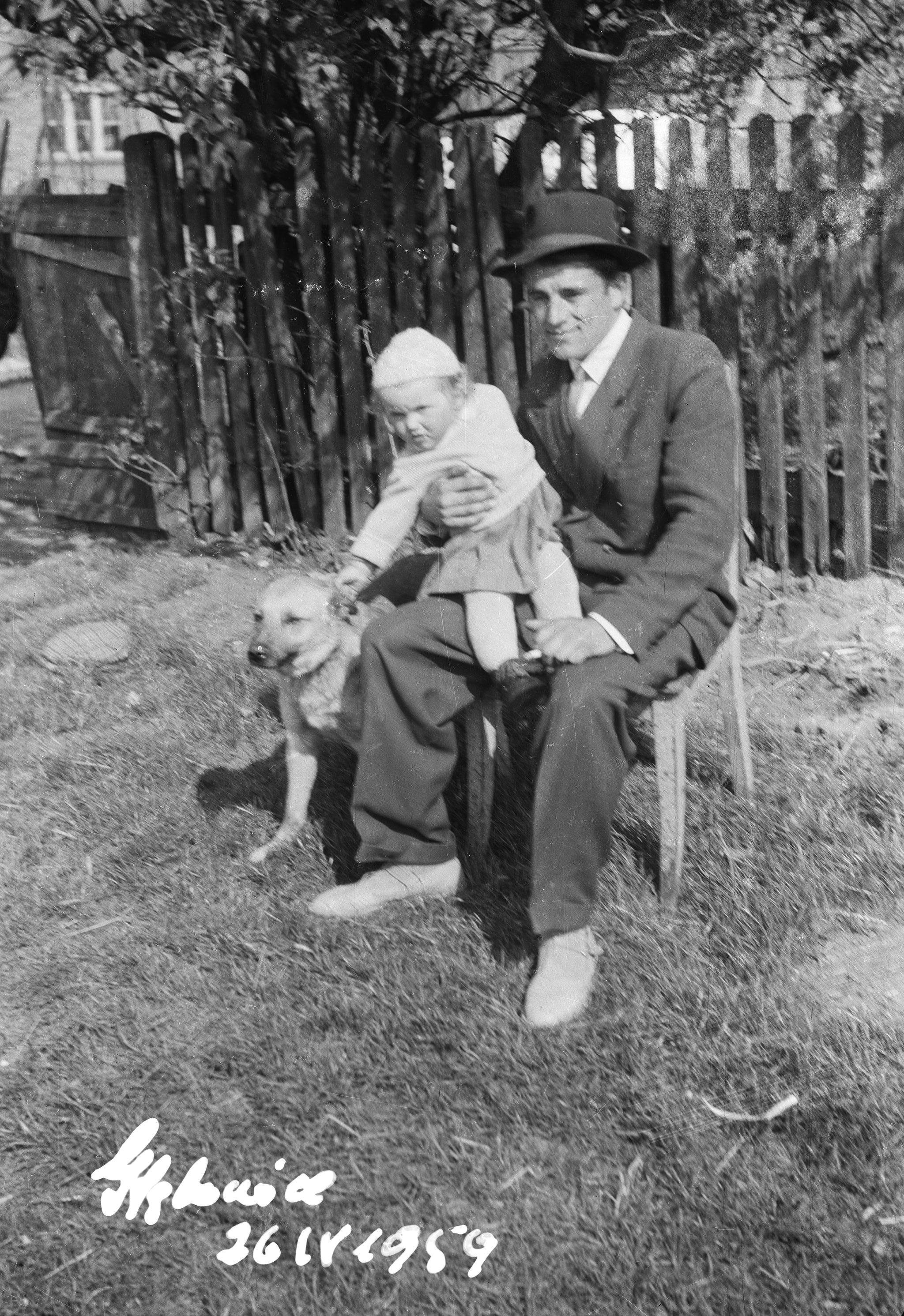 Michał Lewandowski z dzieckiem i psem, Głębowice, Dolny Śląsk, 1959 r.