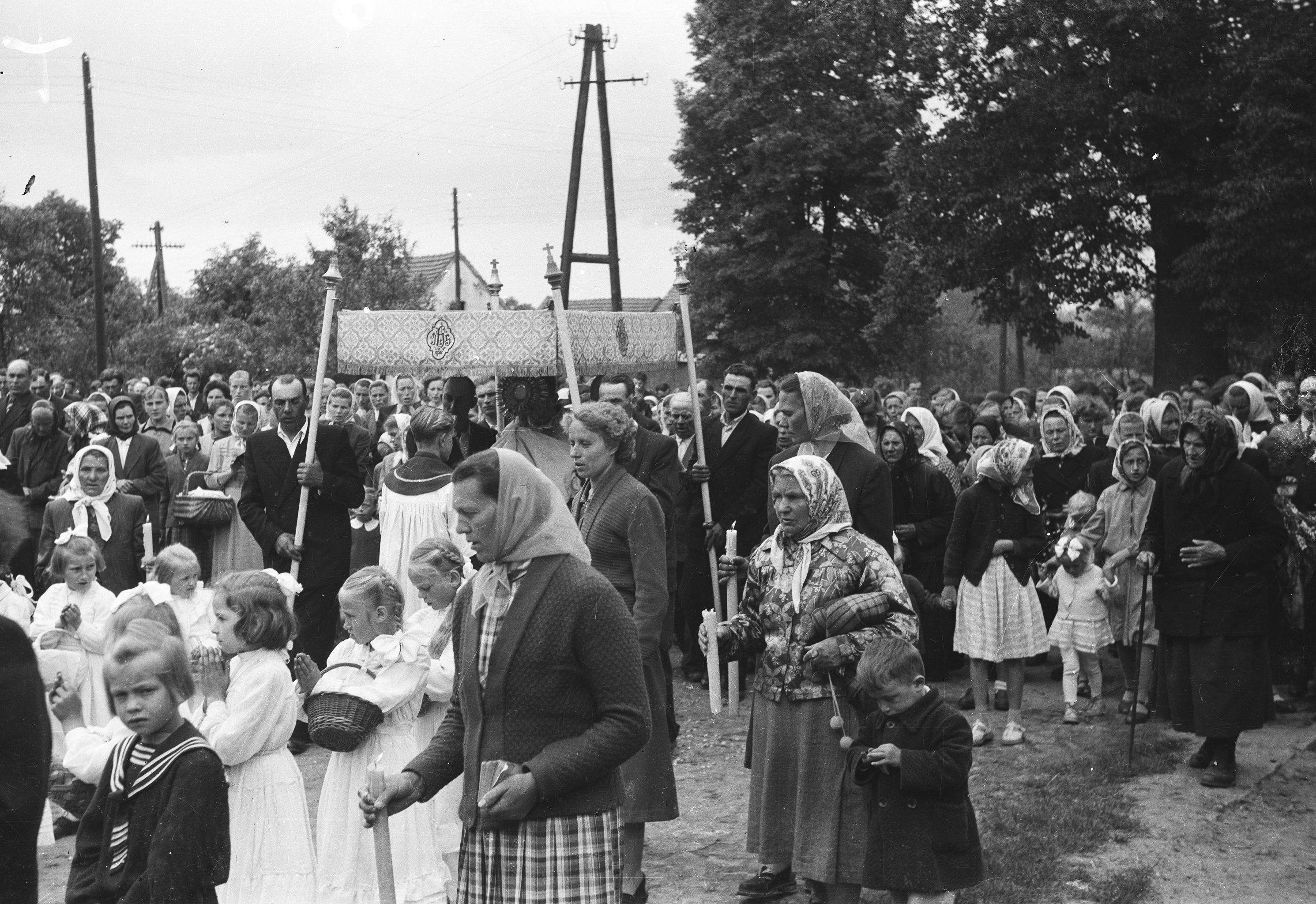 Procesja podczas obchodów uroczystości Bożego Ciała, Głębowice, Dolny Śląsk, 2. poł. XX w.