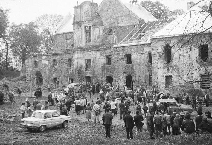 Odwiedziny dawnych mieszkańców i ich potomków, Sąsiadowice, lata 90. XX w.
