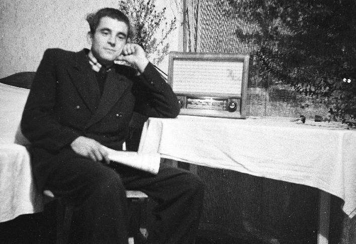 Michał Lewandowski słuchający radia, Brzózka, Dolny Śląsk, lata 50. XX w.