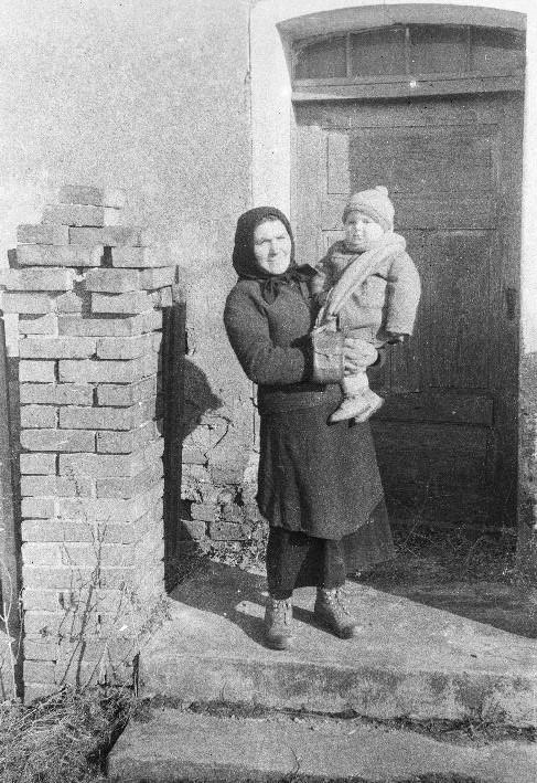 Anna Rabska z wnukiem Gieniem, Brzózka, Dolny Śląsk, lata 50. XX w.