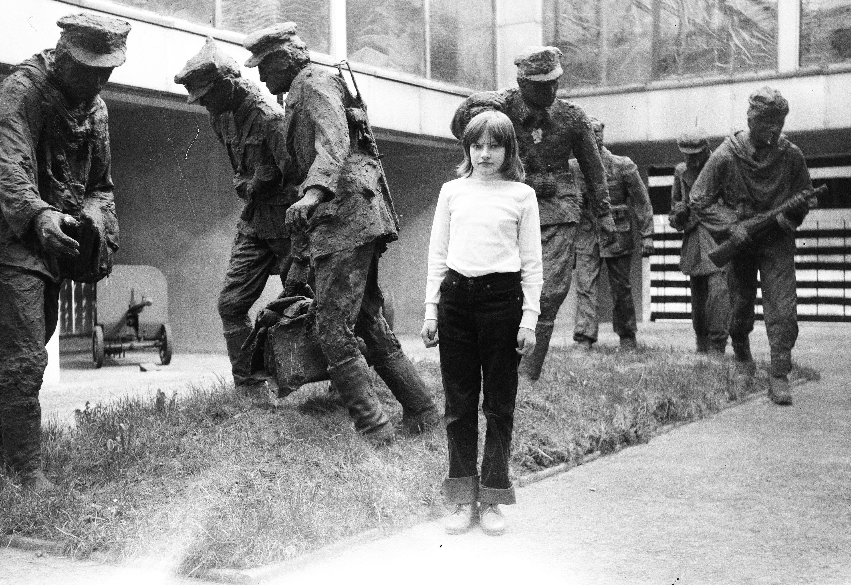 Przystanek w drodze powrotnej ze szpitala w Otwocku, na zdjęciu Jadzia, lata 80. XX w.