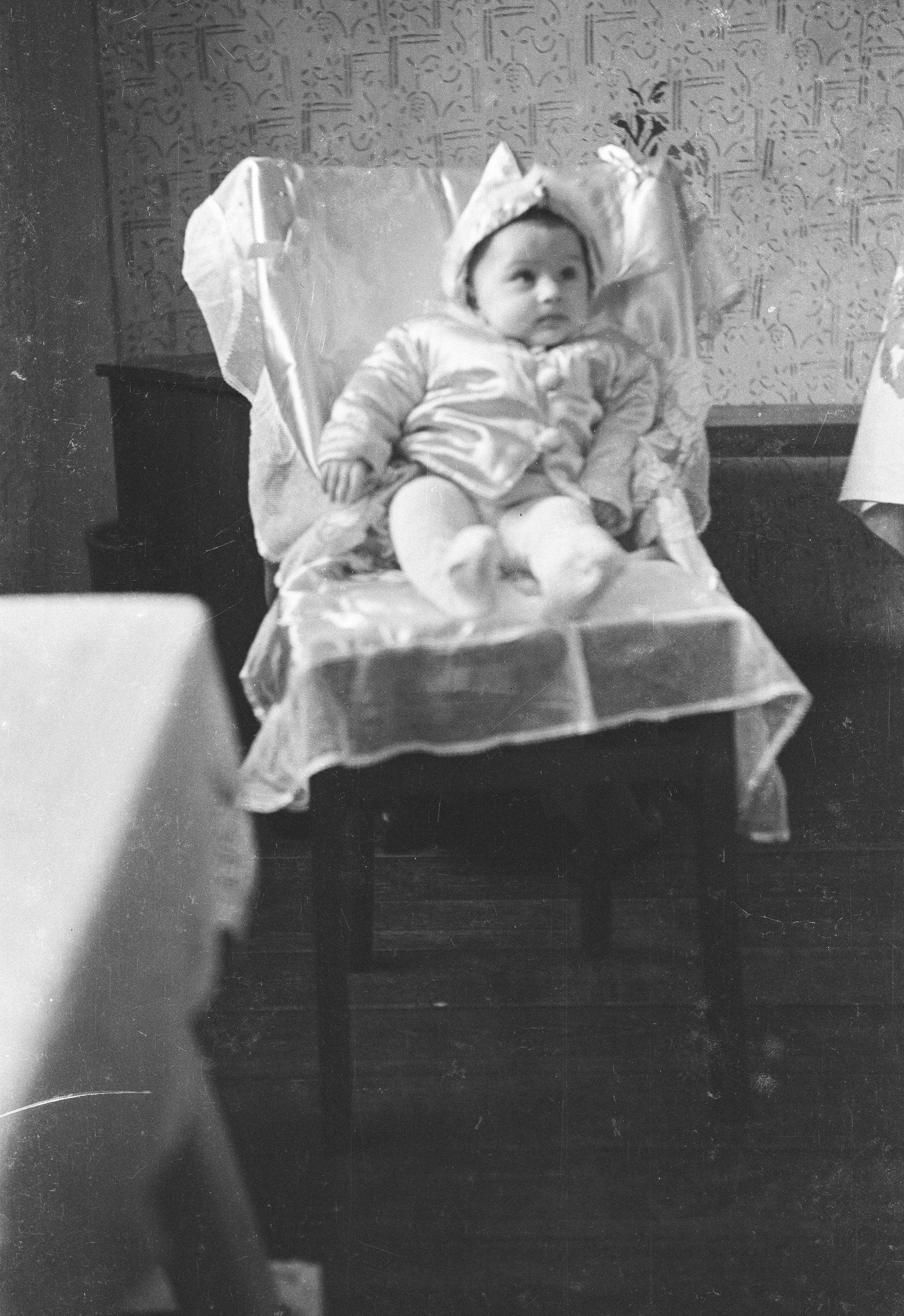 Małe dziecko na krześle, Rudawa, Dolny Śląsk, lata 50. XX w.