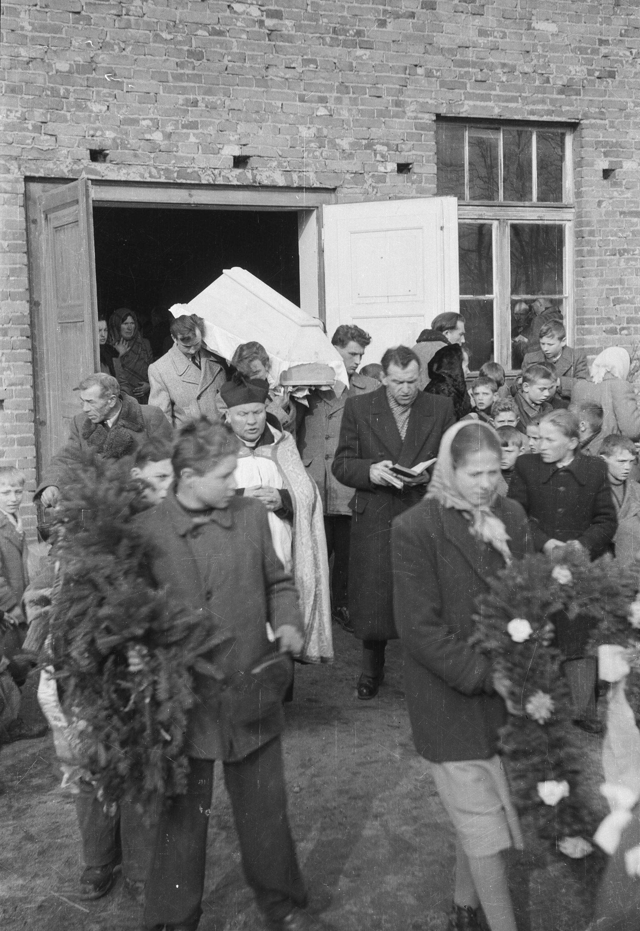 Wynoszenie trumny z domu, Białawy Małe, Dolny Śląsk, lata 50. XX w.