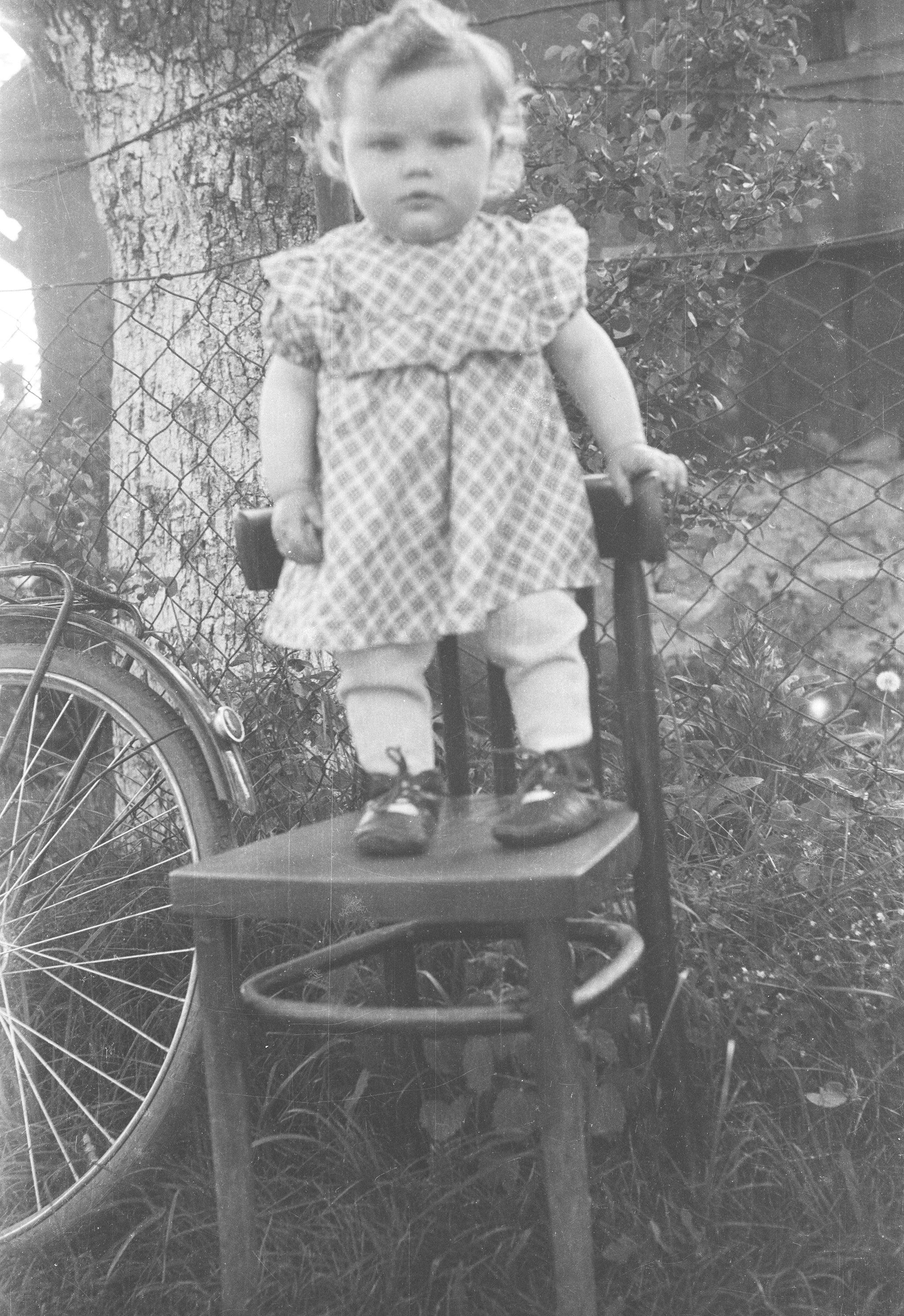 Portret dziewczynki stojącej na krześle, Dolny Śląsk, 2. poł. XX w.