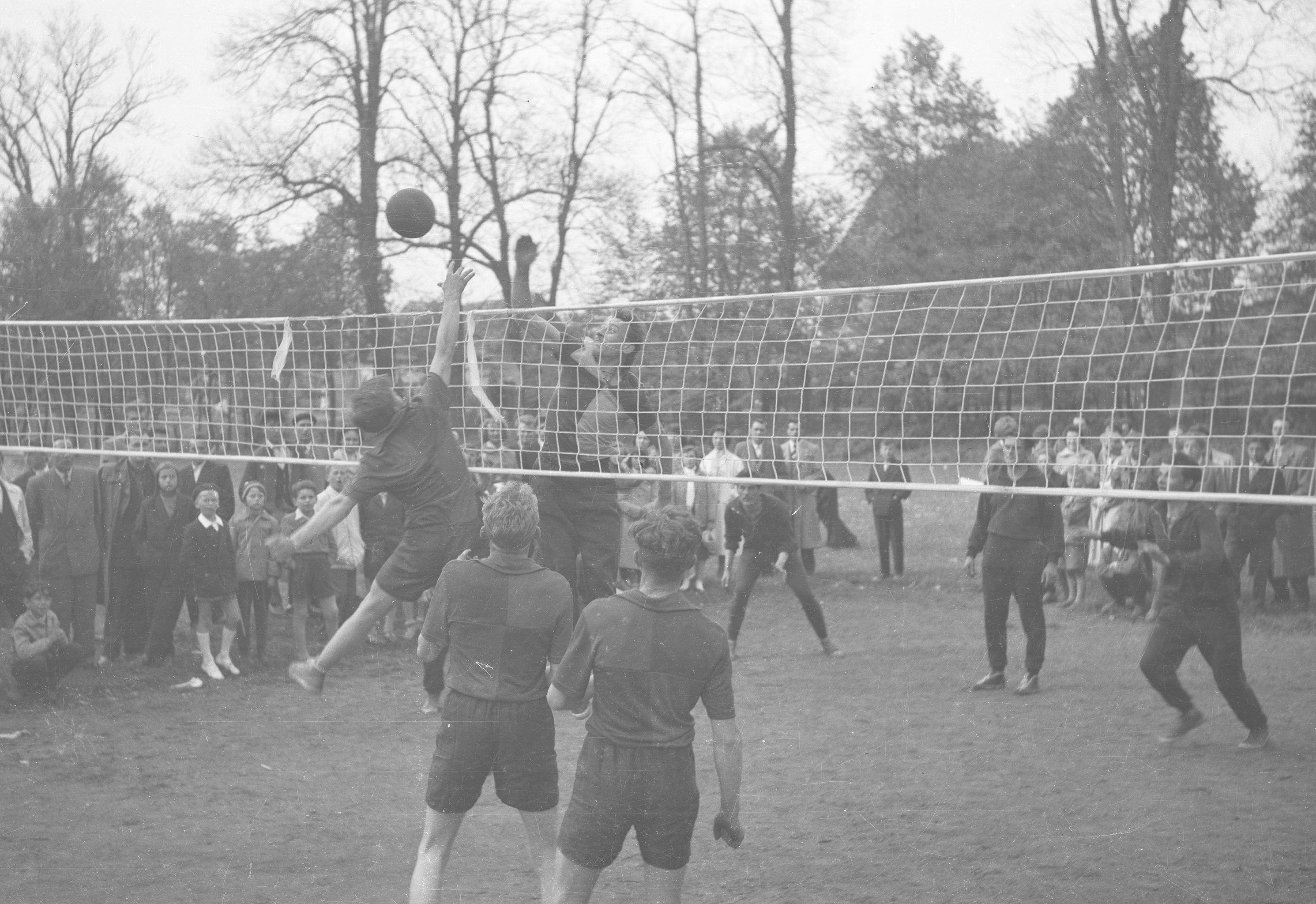 Mecz siatkówki w Wołowie, Dolny Śląsk, lata 50. XX w.