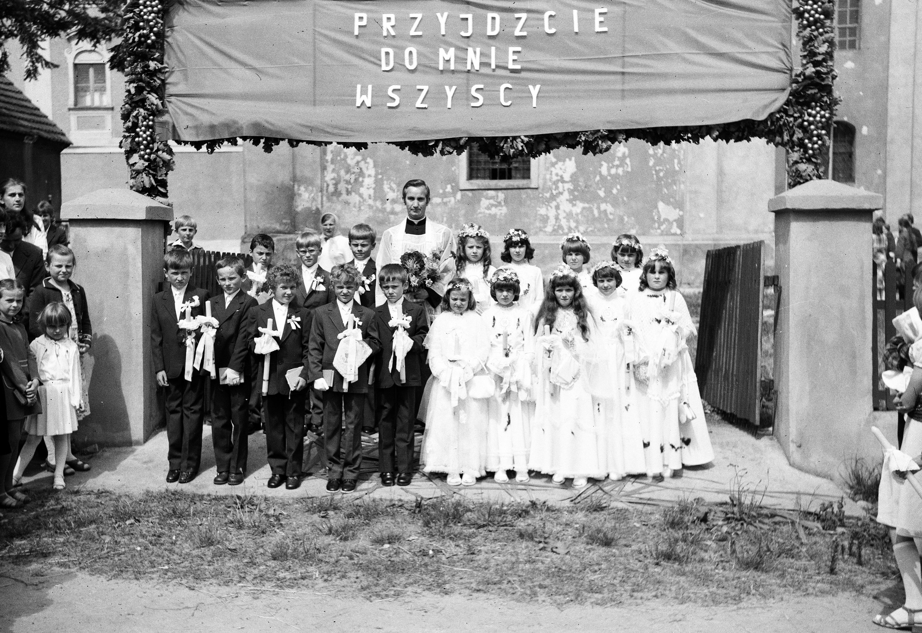 Zdjęcie grupowe z Pierwszej Komunii Świętej, Głębowice, Dolny Śląsk, 1982.