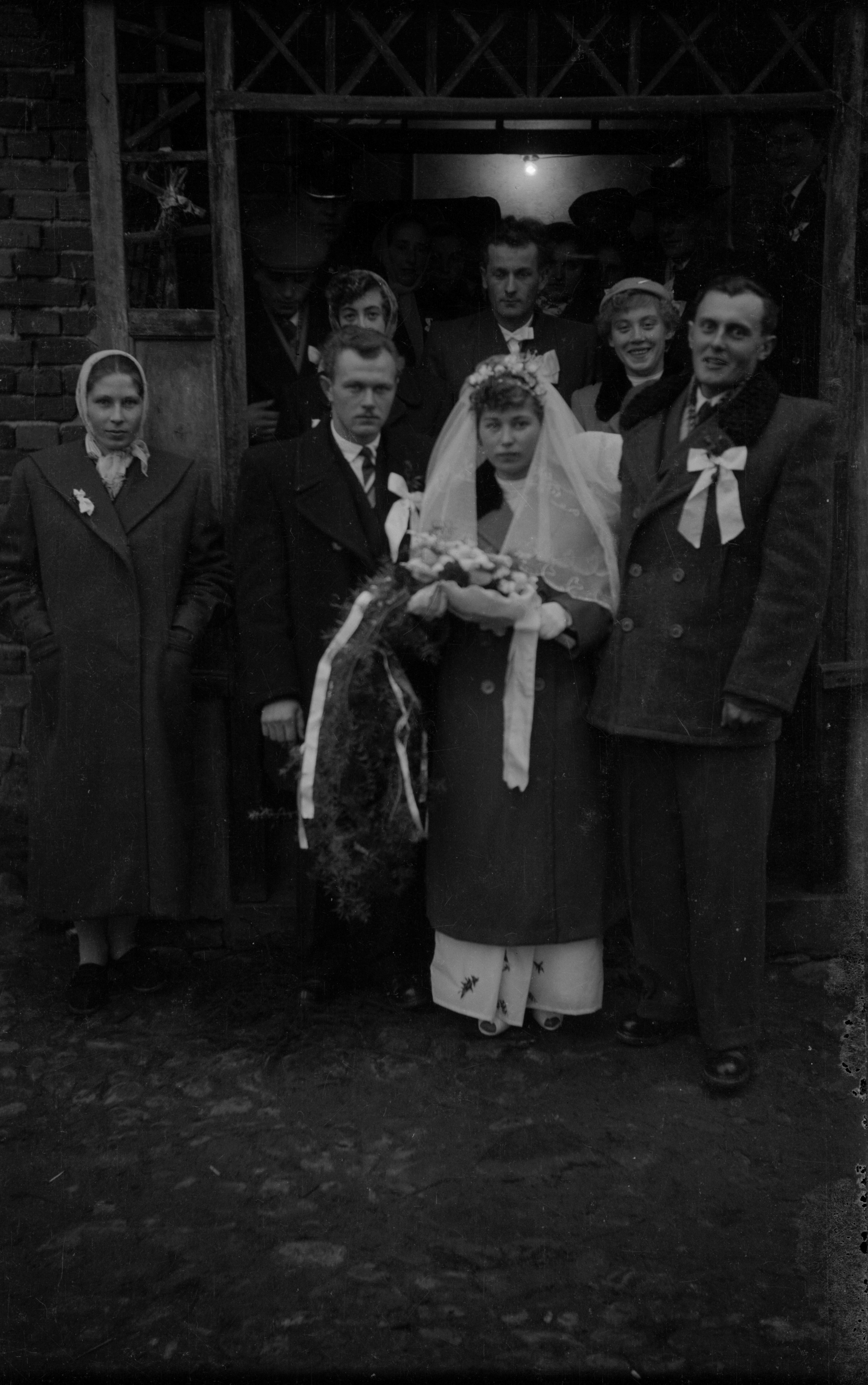 Panna młoda z gośćmi, Węglewo, Dolny Śląsk, koniec lat 50. XX w.