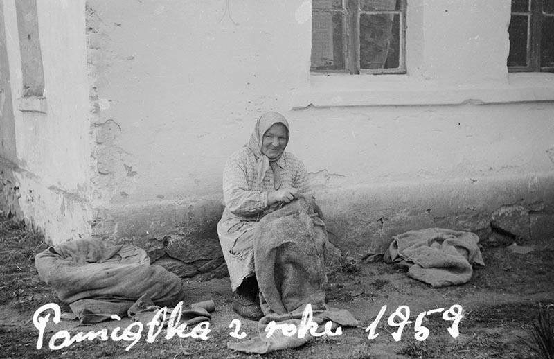 Kobieta naprawiająca worki, Brzózka, Dolny Śląsk, 1959 r.