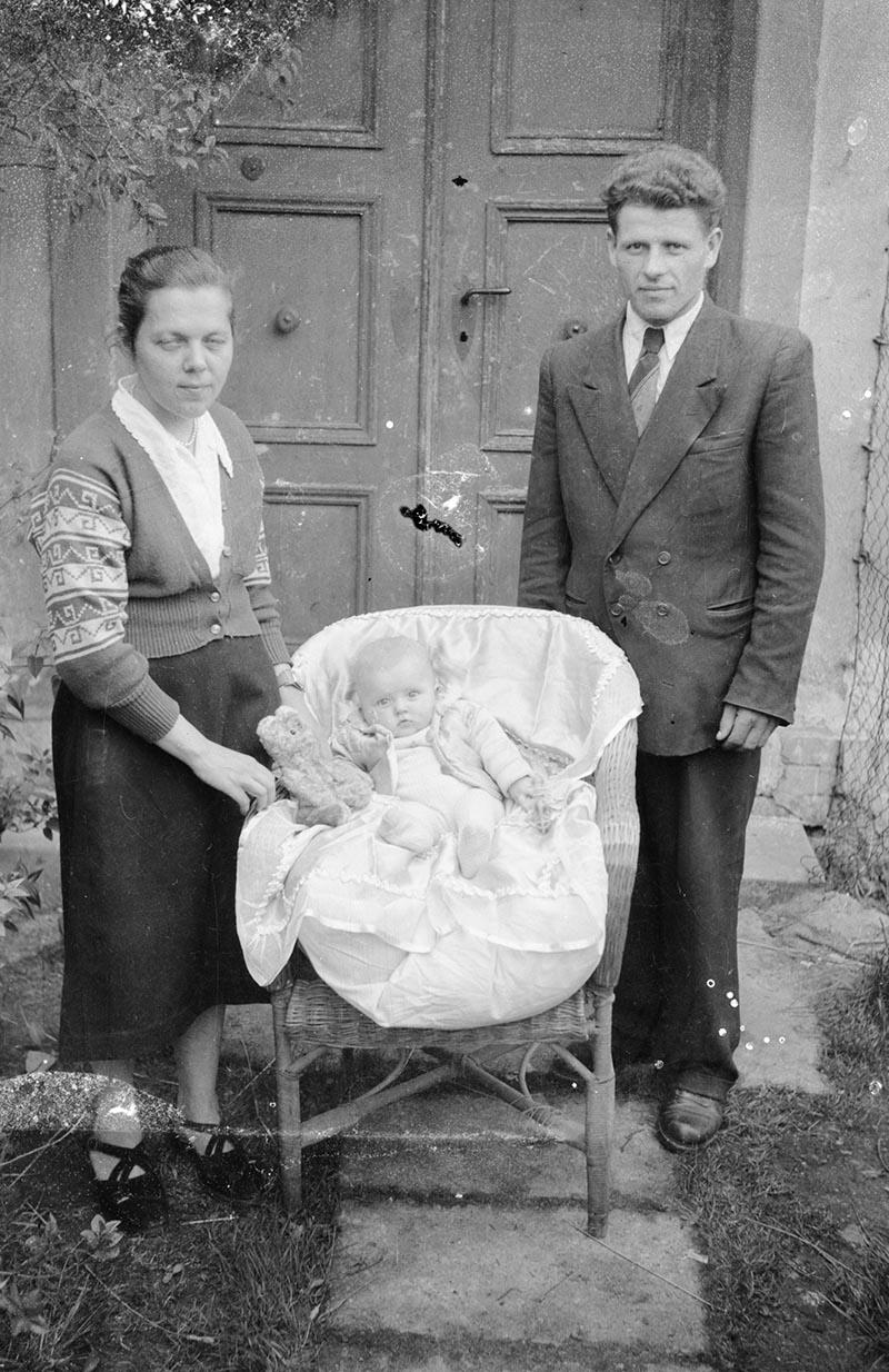 Maria Nikosowska (po mężu) z mężem i córeczką. W 1955 roku powstaje szkoła w Białawach, Maria Nikosowska (z Odrzykonia koło Krosna nad Wisłokiem) dostaje nakaz pracy i w tym samym roku podejmuje w niej  pracę, jako pierwsza nauczycielka. W latach 60. XX wieku wróciła do Odrzykonia i żyje do dzisiaj,  ma 88 lat.