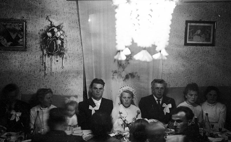 Młoda para przy stole (Maria Śmigiero i Bronisław Janczak), Głębowice, Dolny Śląsk, koniec lat 50. XX w.