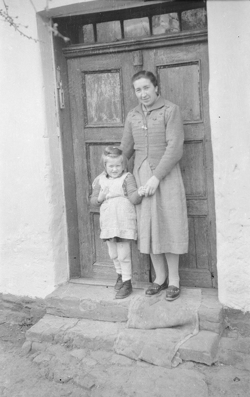 Kobieta z dzieckiem w progu, Dolny Śląsk, 2. poł. XX w.