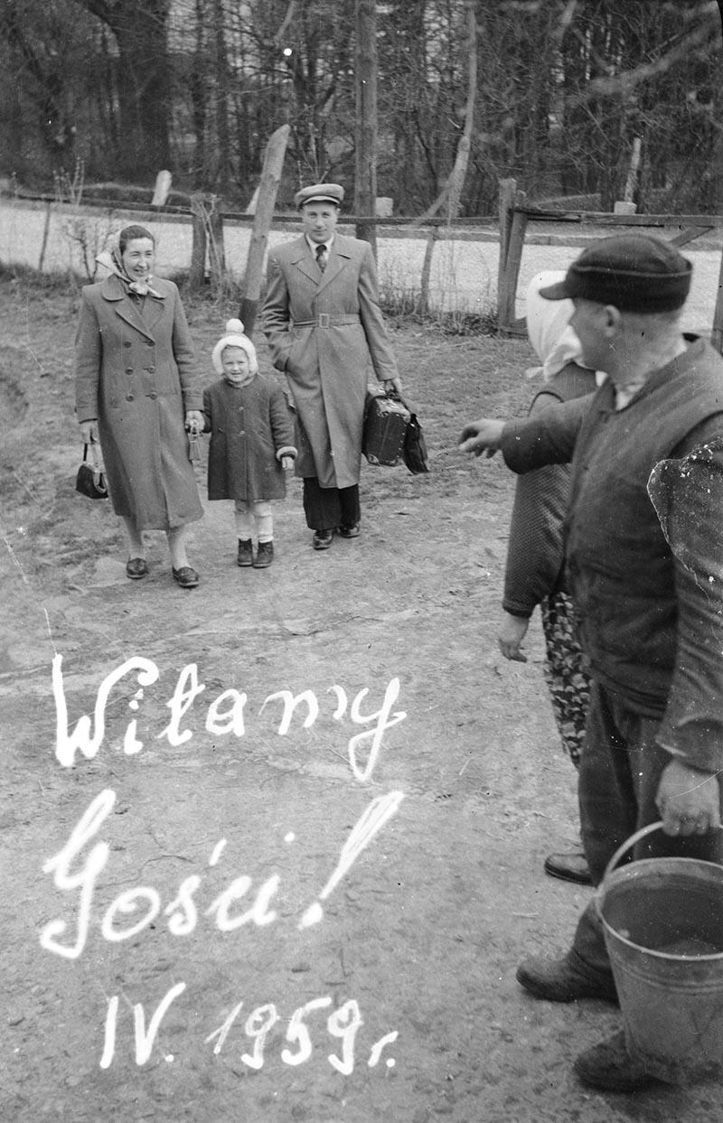 Władysław Czyżowicz z żoną witają gości, Brzózka, Dolny Śląsk, kwiecień 1959 r.