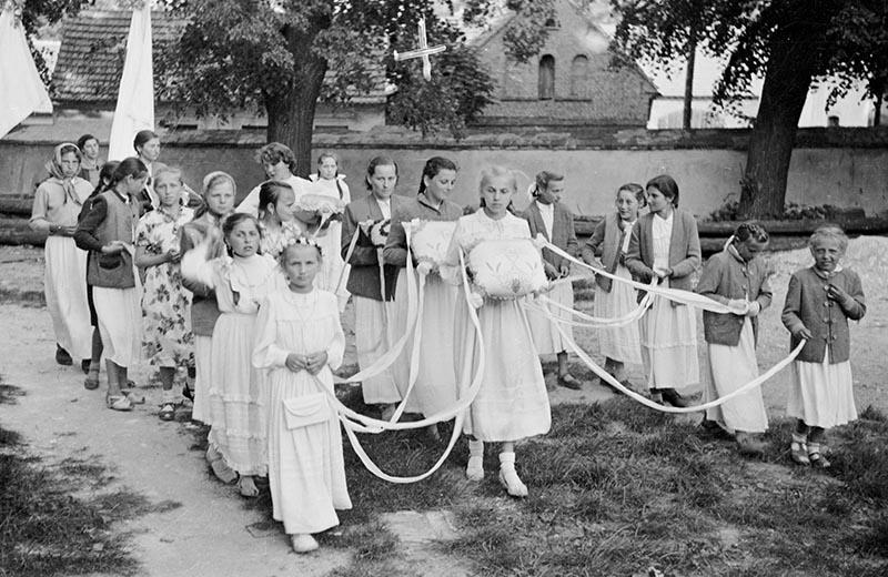 Procesja podczas obchodów uroczystości Bożego Ciała, Głębowice, Dolny Śląsk, koniec lat 50. XX w.