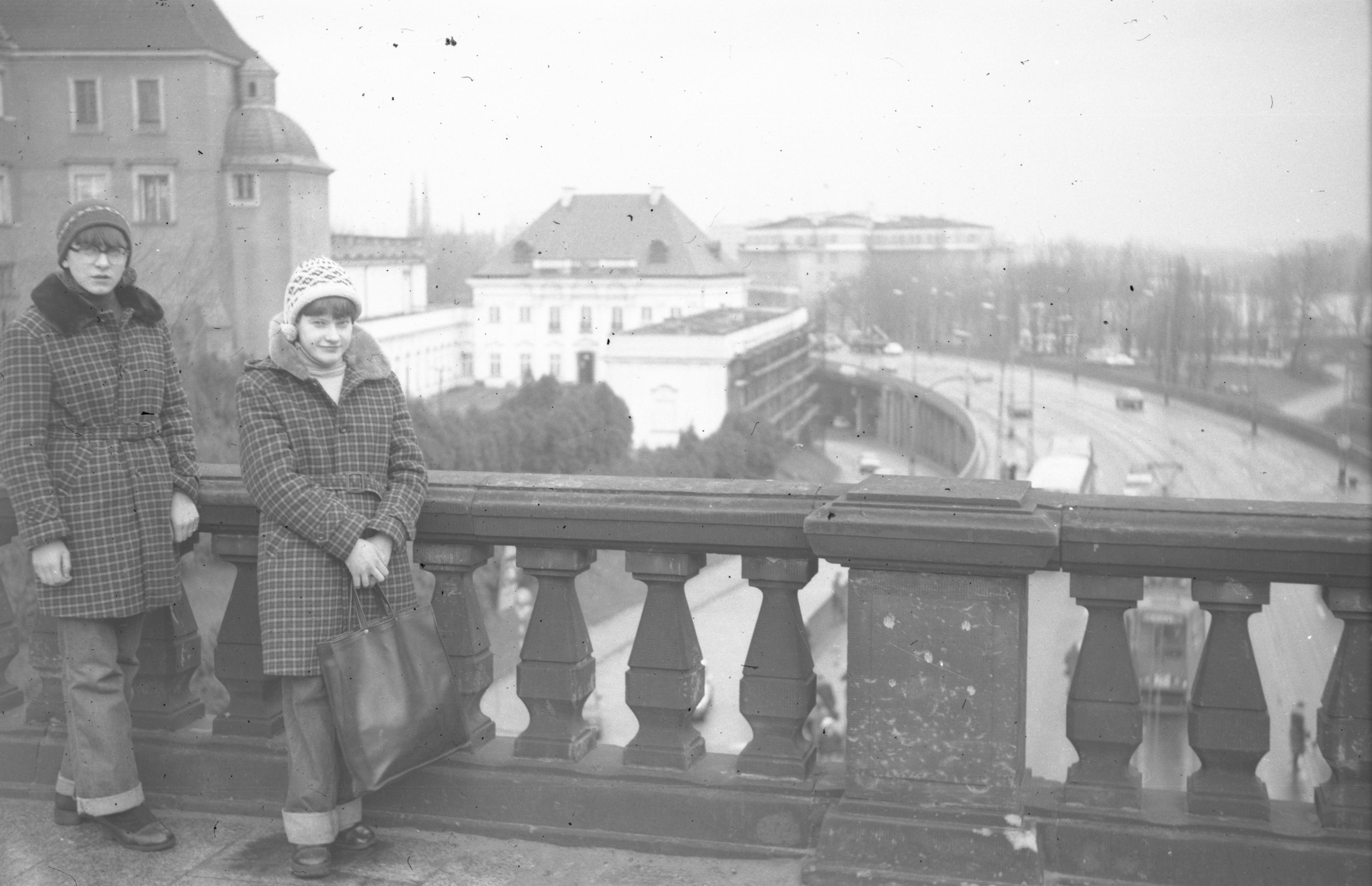 Jadwiga i Anna Czyżowicz przy balustradzie, 2. poł. XX w.