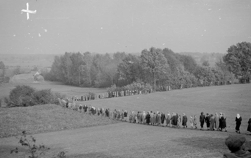 Powrót z odpustu w Trzcinicy Wołowskiej, okolice Wińska, Dolny Śląsk 1959 r.