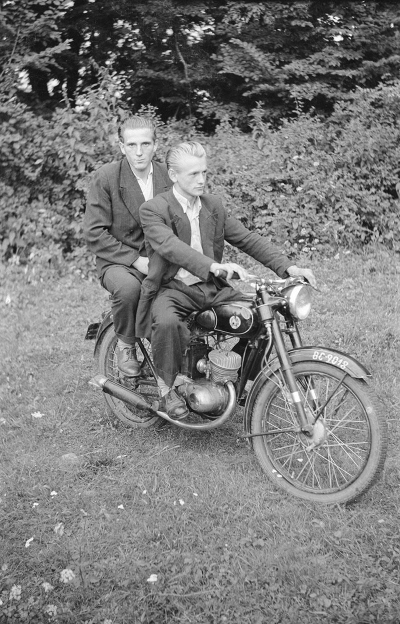 Dwaj panowie na motorze, Dolny Śląsk, 2. poł. XX w.