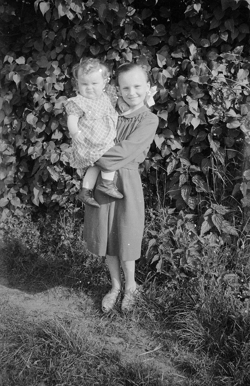 Zdjęcie dziewczynki z dzieckiem, Dolny Śląsk, lata 50. XX w.