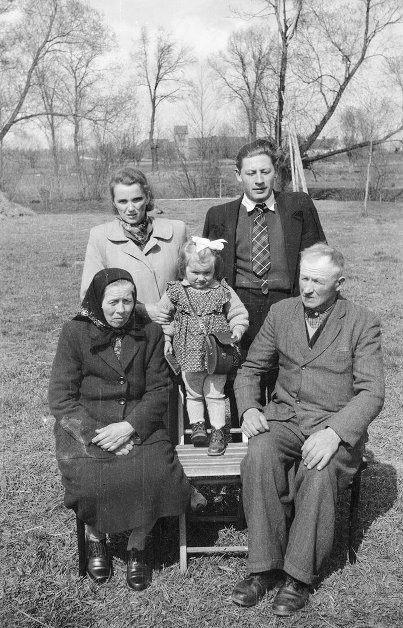 Rodzina Czyżowiczów: w tylnym rzędzie brat Antoni wraz z żoną Marią oraz córką Alinką, z przodu rodzice, Rozalia i Władysław, Brzózka, Dolny Śląsk, koniec lat 50. XX w.