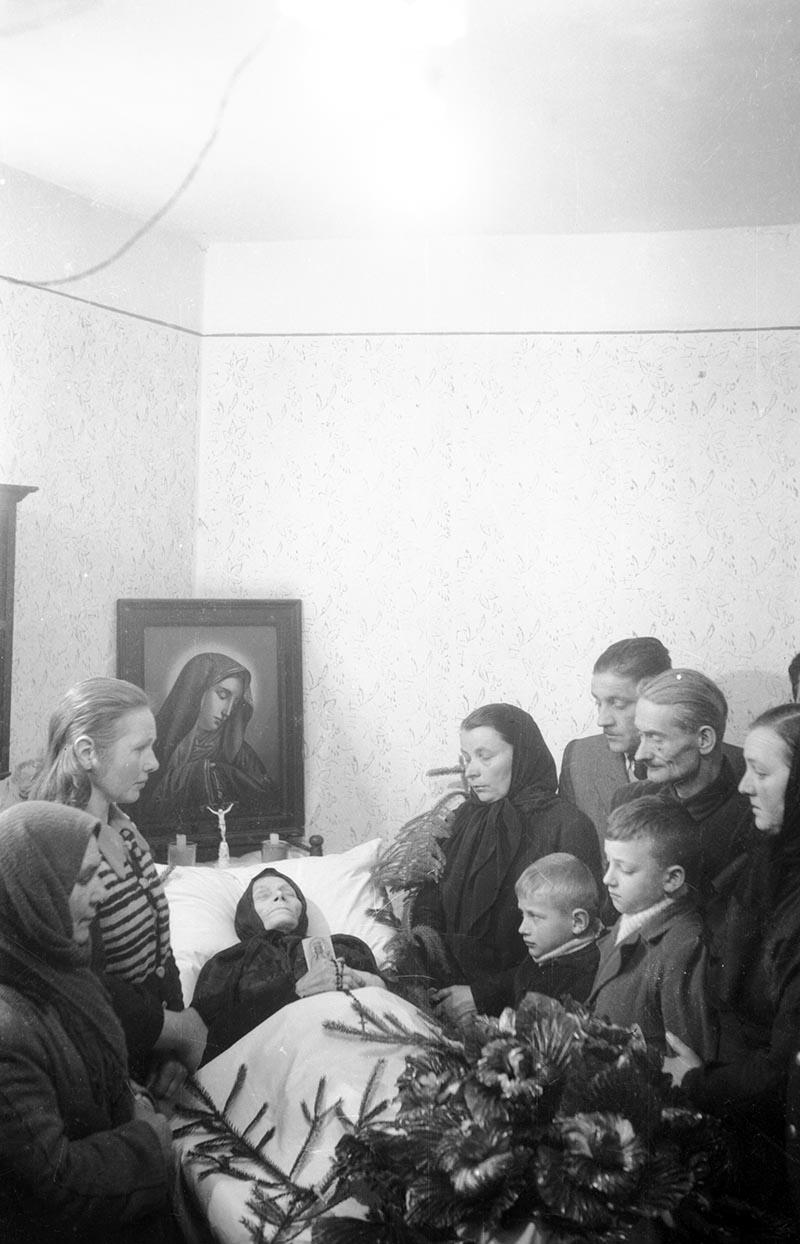 Rodzina przy zmarłej, Dolny Śląsk, koniec lat 50. XX w.